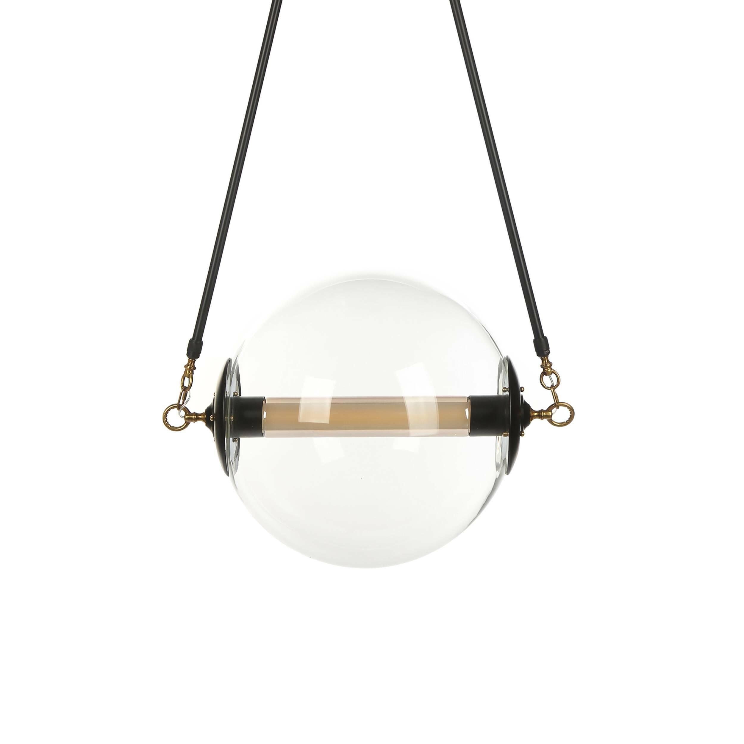 Подвесной светильник LaredoПодвесные<br>Дизайнерский подвесной светильник Laredo (Ларедо) выполнен в стиле минимализм, что позволяет ему гармонично вписаться практически в любой интерьер. Шарообразный светильник выглядит словно маленькое солнце – прекрасный способ привнести разнообразие и живость в домашний интерьер.<br><br><br> Модель выполнена из прочного прозрачного стекла и дополнена стальными и алюминиевыми креплениями и деталями. Такая комбинация обладает высокой степенью надежности и износостойкости и будет оставаться в отлич...<br><br>stock: 4<br>Высота: 170<br>Ширина: 50<br>Диаметр: 50<br>Длина: 69,5<br>Материал абажура: Стекло<br>Материал арматуры: Сталь, Алюминий<br>Мощность лампы: 10<br>Тип лампы/цоколь: LED<br>Цвет абажура: Прозрачный<br>Цвет арматуры: Черный, Латунь