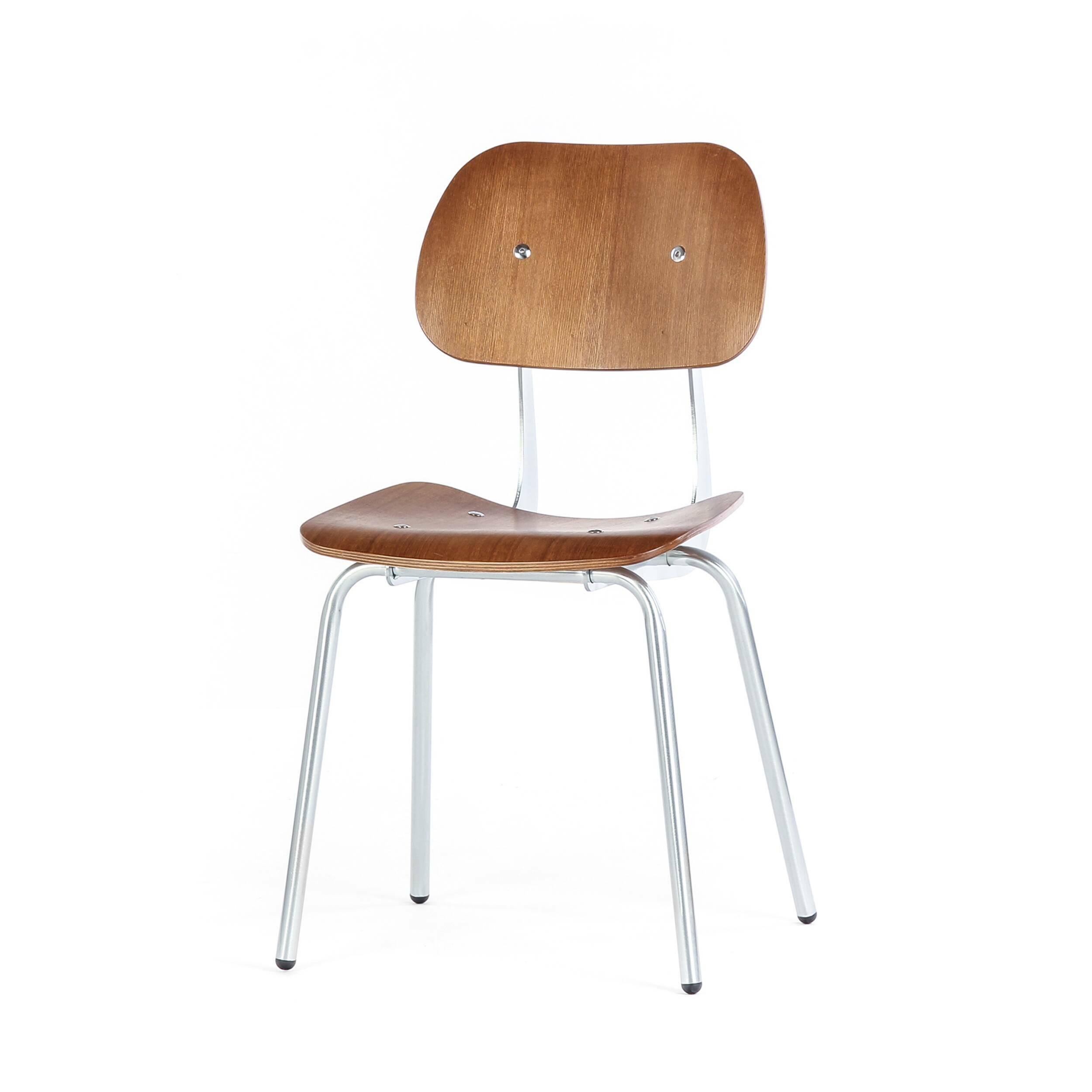 Стул BreaИнтерьерные<br>Лаконичный дизайнерский стул Brea в привычном, классическом стиле – прекрасный вариант для создания спокойного, уютного интерьера. Особенность стула в его простоте, он не будет выделяться на фоне общего интерьера, а мягко вольется в обстановку и станет ее неотъемлемой, функциональной частью.<br><br><br> Стул Brea – это еще и гарантия надежности и качества. Мастера изготавливают его из наиболее прочных и долговечных материалов, которые способны выдерживать большие нагрузки и не боятся износа.<br><br>...<br><br>stock: 24<br>Высота: 85<br>Высота сиденья: 45<br>Ширина: 49,5<br>Глубина: 49<br>Цвет ножек: Гальванизированный<br>Материал сидения: Фанера, шпон ивы<br>Цвет сидения: Коричневый<br>Тип материала сидения: Фанера<br>Тип материала ножек: Сталь