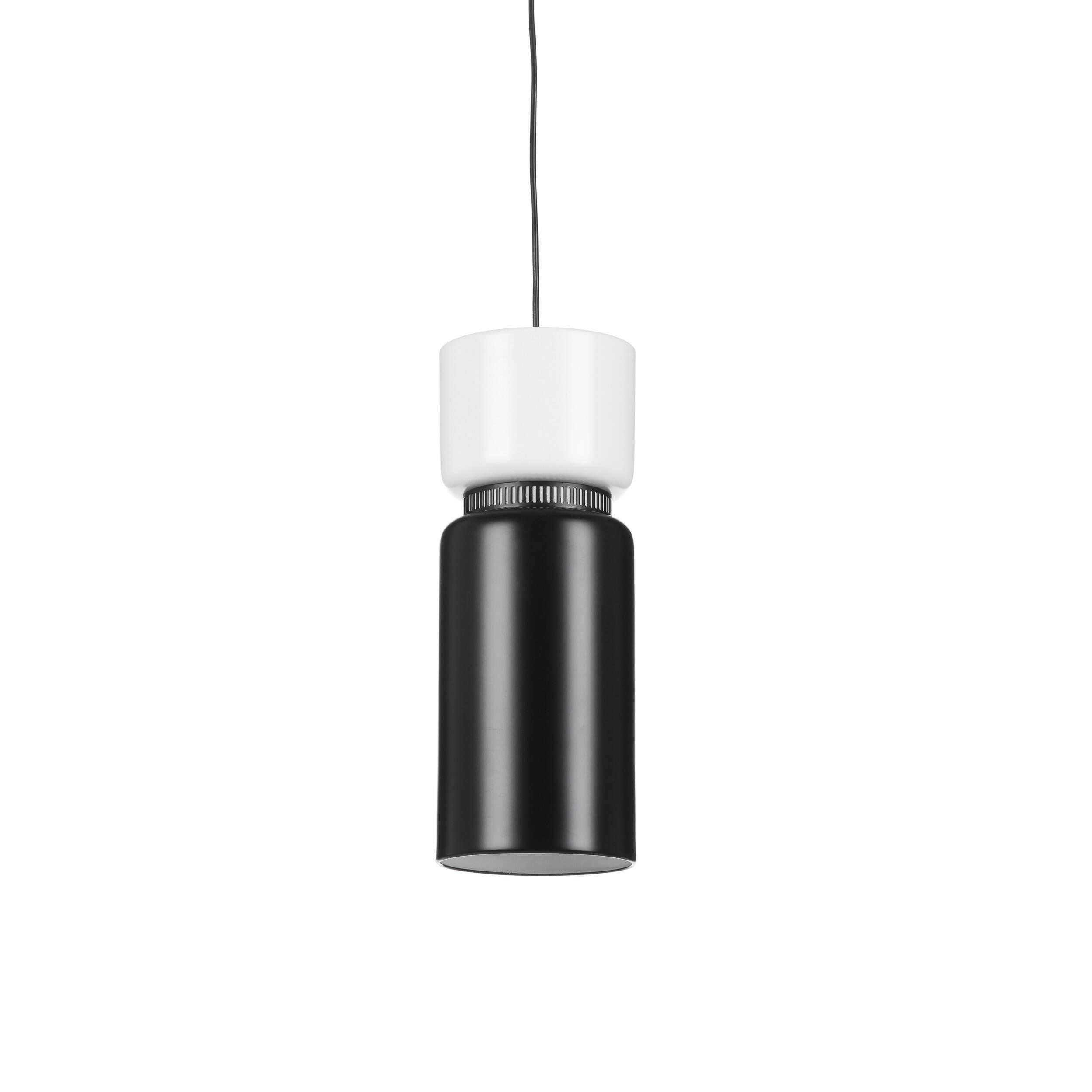 Подвесной светильник Austin диаметр 17Подвесные<br>Дизайнерский подвесной светильник Austin диаметр 17 выполнен в современном стиле, в котором слились сразу несколько направлений – от ар-деко до хай-тека. Изделие обладает сдержанным, лаконичным дизайном, в котором прослеживаются геометрия и элегантные черты традиционных стилей.<br><br><br> Для изготовления такой лаконичной модели светильника дизайнеры выбрали не менее лаконичный набор материалов. Однако сочетание стали и алюминия дает потрясающие результат – светильник очень прочный, надежный,...<br><br>stock: 9<br>Высота: 43<br>Диаметр: 17<br>Материал абажура: Алюминий<br>Материал арматуры: Сталь<br>Мощность лампы: 60<br>Тип лампы/цоколь: E27<br>Цвет абажура: Черный<br>Цвет арматуры: Белый
