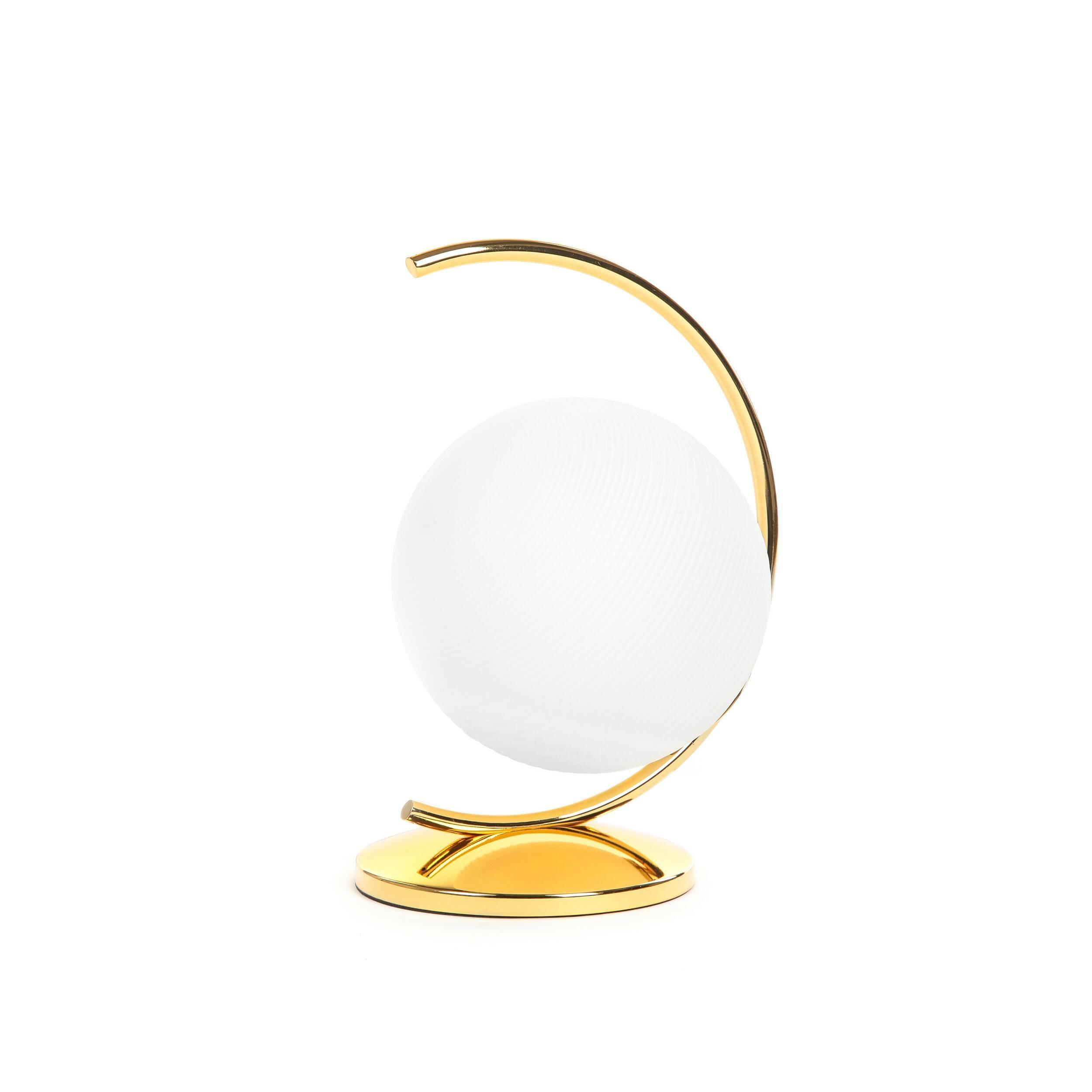 Настольный светильник ButlerНастольные<br>Светильники в форме шара заслужили себе бешеную популярность и любовь дизайнеров всего мира. И неудивительно, ведь такие изделия способны создать совершенно неповторимую гармоничную атмосферу. <br><br><br>Дизайнерский настольный светильник Butler (Батлер) будет хорошо смотреться в комнате любого размера, благодаря шарообразной форме свет от лампы будет мягко рассеиваться по всему пространству комнаты, а еще эта модель легко впишется практически в любой современный интерьер.<br><br><br> Еще одним пл...<br><br>stock: 11<br>Высота: 33,2<br>Ширина: 20<br>Длина: 24,8<br>Материал абажура: Стекло<br>Материал арматуры: Сталь<br>Мощность лампы: 40<br>Тип лампы/цоколь: E14<br>Цвет абажура: Белый<br>Цвет арматуры: Золотой