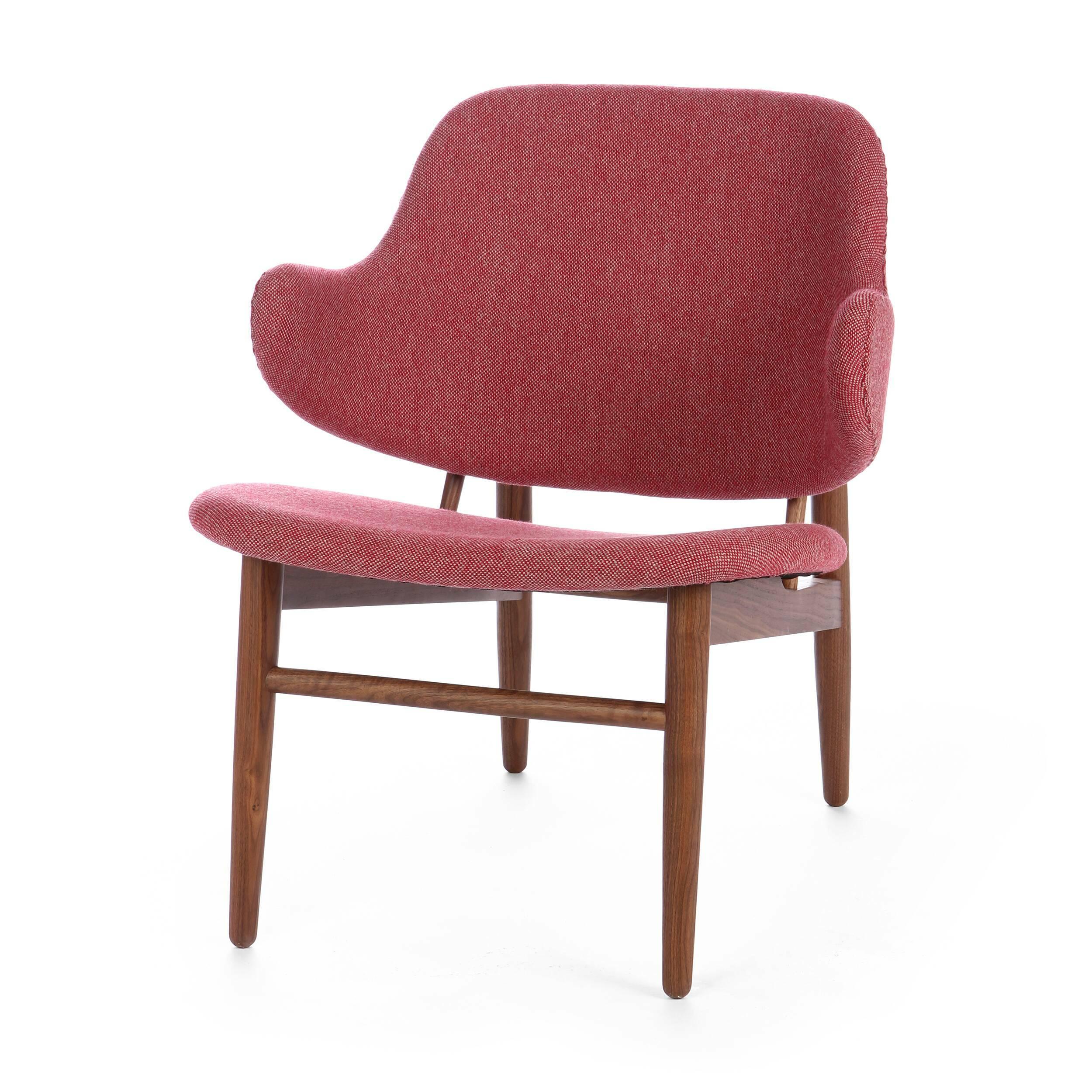 Кресло KofodИнтерьерные<br>Дизайнерское легкое яркое кресло Kofod (Кофод) с широкой спинкой без подлокотников от Cosmo (Космо).<br><br><br> В пятидесятые-шестидесятые годы творения датского архитектора и дизайнера Иба Кофод-Ларсена незаслуженно игнорировались и не пользовались успехом в его родной Скандинавии. Возможно, шведы (а он работал именно на этом рынке) сочли его мебель слишком уж лаконичной и минималистичной, но сегодня на волне моды на скандинавский дизайн с его простотой и утилитарностью сложно представить себе...<br><br>stock: 0<br>Высота: 76,5<br>Высота сиденья: 40<br>Ширина: 66<br>Глубина: 67,5<br>Цвет ножек: Орех американский<br>Материал ножек: Массив ореха<br>Материал обивки: Шерсть, Нейлон<br>Коллекция ткани: B Fabric<br>Тип материала обивки: Ткань<br>Тип материала ножек: Дерево<br>Цвет обивки: Бежево-вишневая
