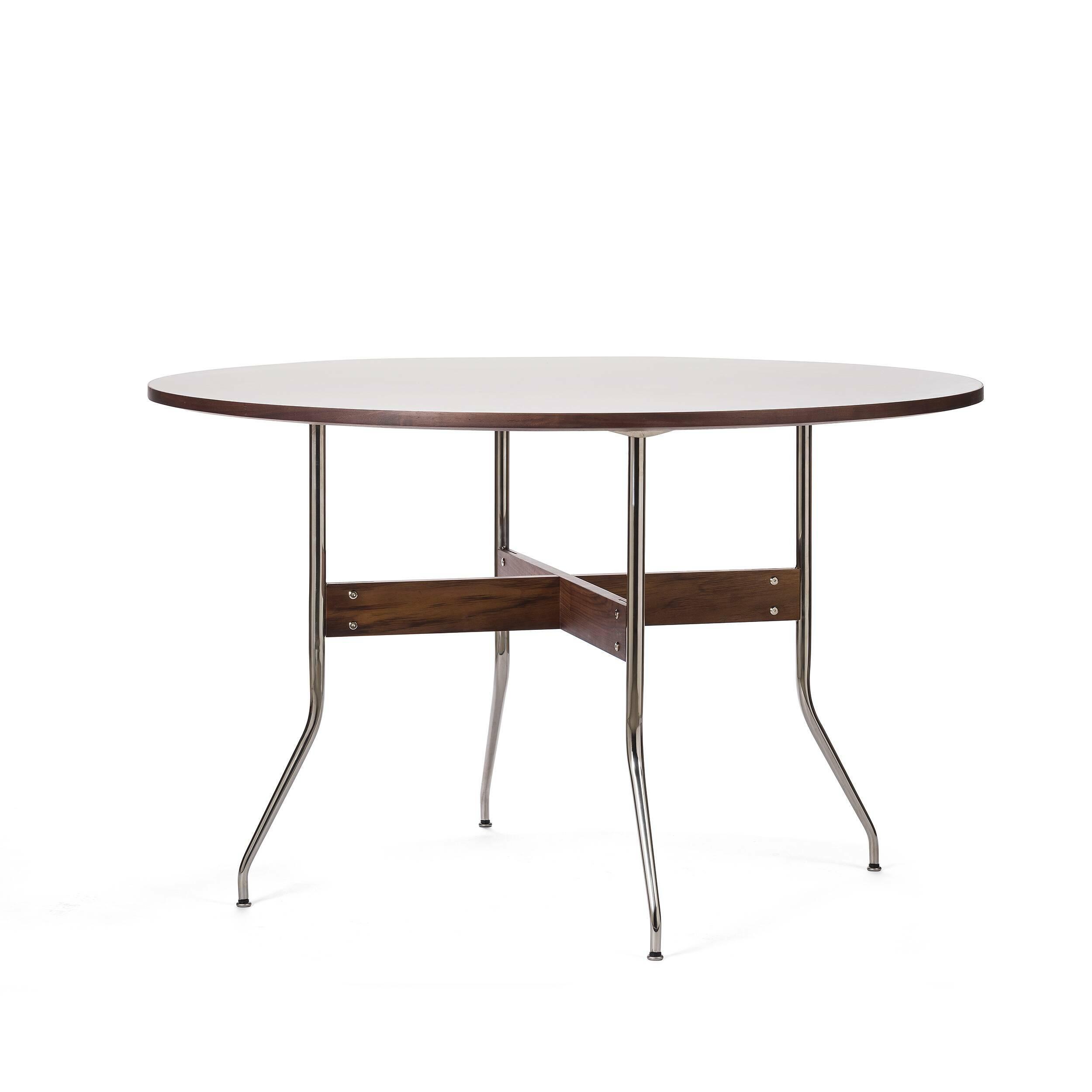 Обеденный стол Wellington круглыйОбеденные<br>Дизайнерская круглый обеденный стол Wellington с деревянной столешницей с тонкими изящными металлическими ножками от Cosmo (Космо).<br>         Обеденный стол — один из важнейших предметов мебели, который служит не только для приема пищи, но и является тем местом в доме, за которым собирается вся семья чтобы побеседовать или просто приятно провести время за настольной игрой.<br><br><br> Стол Wellington круглый имеет одновременно изящную и простую конструкцию. Круглая столешница из американского ореха...<br><br>stock: 0<br>Высота: 75.5<br>Диаметр: 122<br>Цвет ножек: Орех американский<br>Цвет столешницы: Белый<br>Материал ножек: Массив ореха<br>Материал столешницы: Ламинированный МДФ<br>Тип материала каркаса: Сталь нержавеющя<br>Тип материала столешницы: МДФ<br>Тип материала ножек: Дерево<br>Цвет каркаса: Хром
