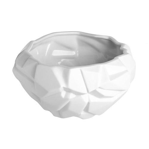Ваза ICE (T-PICE)Вазы<br>Артикул: T-PICE. Эта оригинальная ваза - чаша, будто вырубленная из белого мрамора, создана американскими дизайнерами из матового белого фарфора. Брутальная форма, смягченная материалом, эффектно подчеркнет стиль и характер современного интерьера: от домашнего мужского до модного офисного. Для создания гармоничной композиции добавьте вторую вазу GLACIER большего размера, пару декоративных шаров из натуральных материалов ручной работы и живые цветы. Дизайн: Bahari, США.<br><br>stock: 50<br>Высота: 13<br>Материал: Фарфор<br>Цвет: Белый<br>Размер: None<br>Диаметр: 23<br>Страна происхождения: США-Таиланд
