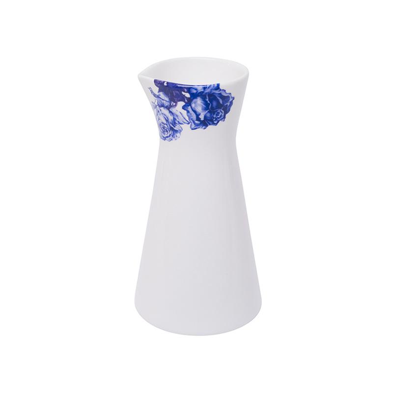 Молочник BLALOOS (950a)Посуда<br>Артикул: 950a. Элегантный молочник от знаменитых шведских дизайнов отличается своим уникальным стилем и высоким качеством. Элемент сервировки изготовлен из костяного фарфора – самого благородного из существующих видов. Этот молочник можно также использовать как вазу. Добавьте изящества в повседневность. Дизайн: Manses Design, Швеция.<br><br>stock: 11<br>Высота: 16<br>Материал: фарфор костяной<br>Цвет: Синий<br>Размер: 16<br>Страна происхождения: Швеция<br>Объем: 450
