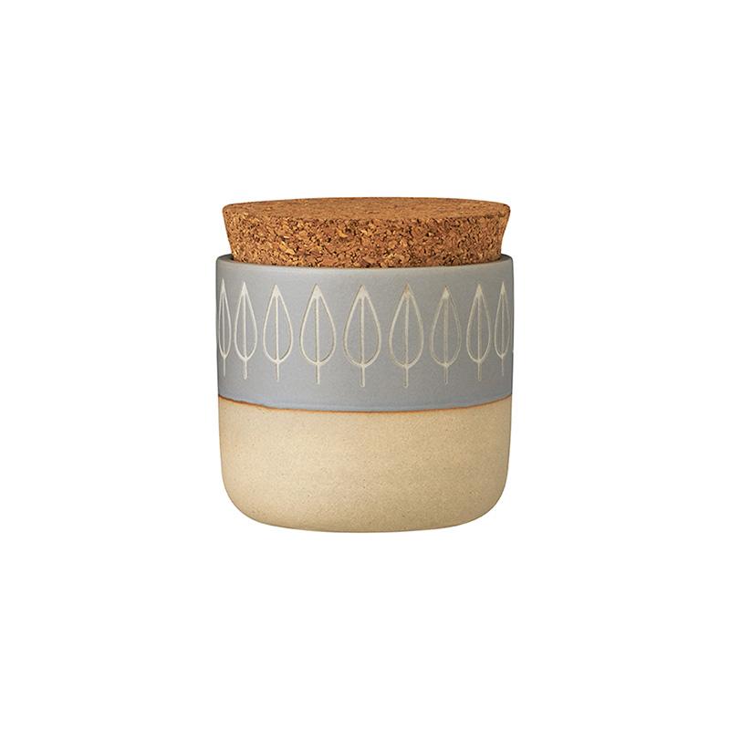 Контейнер для специй с крышкой SPICE (12347)Посуда<br>Артикул: 12347. Баночка SPICE сочетает в себе практичность с декоративностью. Экологичные материалы - керамика и пробка - сохранят все ароматы и вкусовые качества любимых специй. А дизайн - украсит открытые полки кухни или сервировку стола. Поверхность баночки оформлена очень актуально: она выкрашена в два природных оттенка и сочетает матовую поверхность с глазурью. Ритмичный выгравированный узор напоминает лепестки и гармонично впишется в современный эко-интерьер. Покупая необходимые в быту ...<br><br>stock: 18<br>Высота: 8<br>Материал: керамика, пробка<br>Цвет: Мульти<br>Размер: None<br>Диаметр: 8<br>Объем: 200