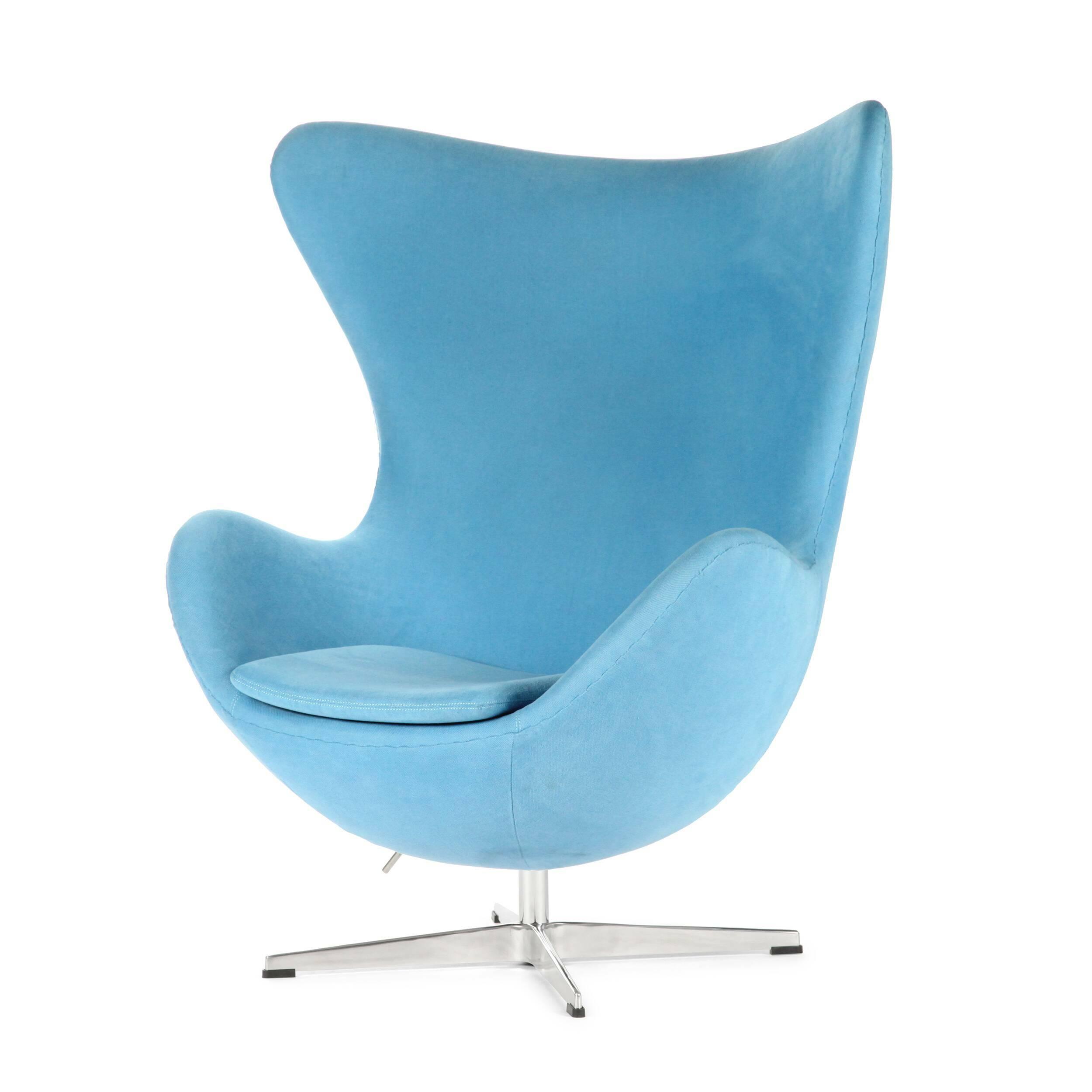 Кресло EggИнтерьерные<br>Дизайнерское комфортное кресло Egg (Эгг) в форме яйца на узкой ножке от Cosmo (Космо).<br><br><br> Кресло, своими очертаниями напоминающее яйцо, — одно из самых известных творений датского дизайнера Арне Якобсена. Вряд ли оно когда-нибудь выйдет из моды — уж слишком велик диапазон его интерьерных возможностей. Кроме того, обыгрывать данную форму помогают различные фактуры и цвета обивок.<br><br><br> Особенно приятно и солидно смотрится оригинальное кресло Egg в обивке из натуральной кожи, представлен...<br><br>stock: 0<br>Высота: 105,5<br>Высота сиденья: 41<br>Ширина: 87<br>Глубина: 82<br>Цвет ножек: Хром<br>Материал обивки: Хлопок, Лен<br>Коллекция ткани: Ray Fabric<br>Тип материала обивки: Ткань<br>Тип материала ножек: Алюминий<br>Цвет обивки: Светло-голубой