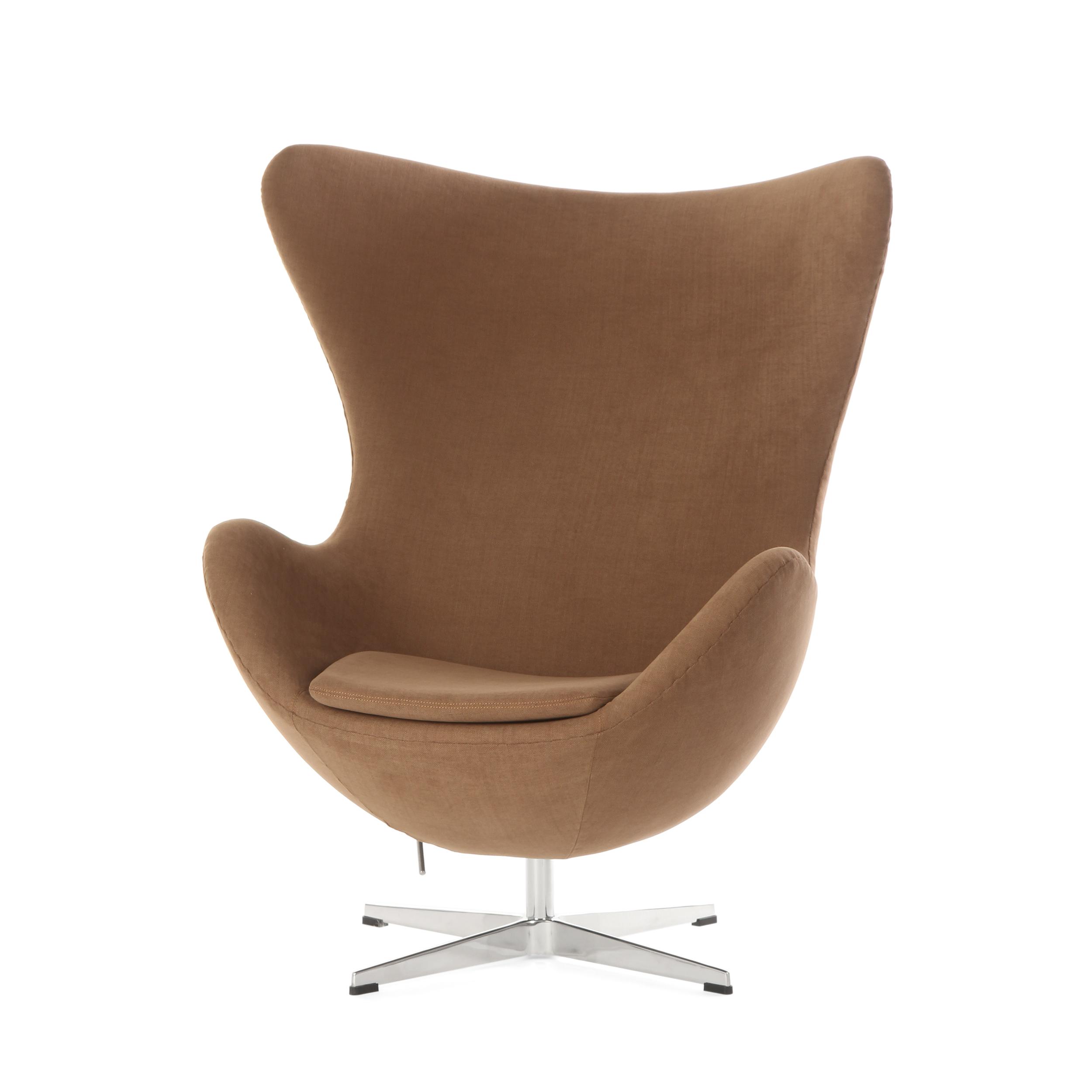 Кресло EggИнтерьерные<br>Дизайнерское комфортное кресло Egg (Эгг) в форме яйца на узкой ножке от Cosmo (Космо).<br><br><br> Кресло, своими очертаниями напоминающее яйцо, — одно из самых известных творений датского дизайнера Арне Якобсена. Вряд ли оно когда-нибудь выйдет из моды — уж слишком велик диапазон его интерьерных возможностей. Кроме того, обыгрывать данную форму помогают различные фактуры и цвета обивок.<br><br><br> Особенно приятно и солидно смотрится оригинальное кресло Egg в обивке из натуральной кожи, представлен...<br><br>stock: 1<br>Высота: 105,5<br>Высота сиденья: 41<br>Ширина: 87<br>Глубина: 82<br>Цвет ножек: Хром<br>Материал обивки: Хлопок, Лен<br>Коллекция ткани: Ray Fabric<br>Тип материала обивки: Ткань<br>Тип материала ножек: Алюминий<br>Цвет обивки: Светло-коричневый