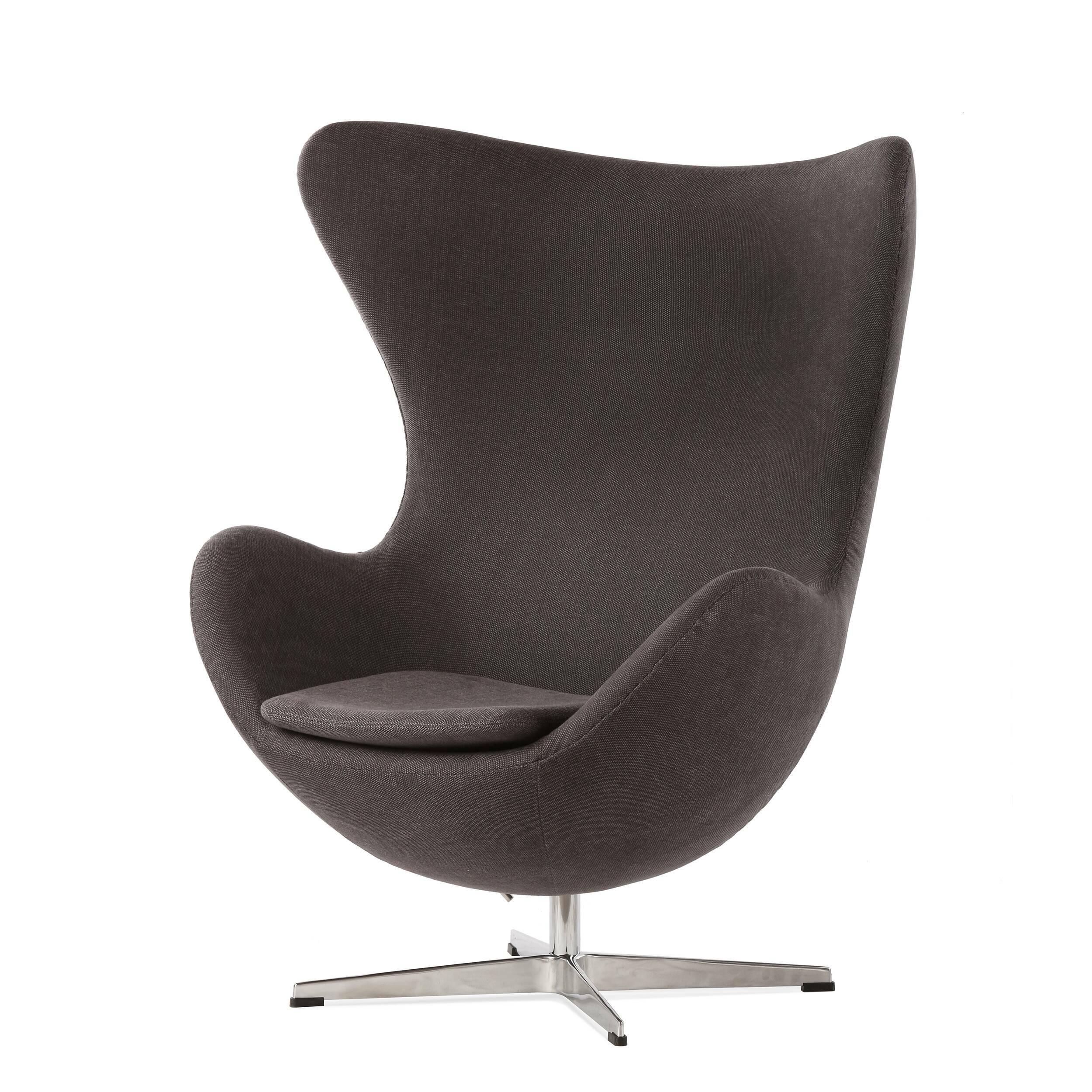 Кресло EggИнтерьерные<br>Дизайнерское комфортное кресло Egg (Эгг) в форме яйца на узкой ножке от Cosmo (Космо).<br><br><br> Кресло, своими очертаниями напоминающее яйцо, — одно из самых известных творений датского дизайнера Арне Якобсена. Вряд ли оно когда-нибудь выйдет из моды — уж слишком велик диапазон его интерьерных возможностей. Кроме того, обыгрывать данную форму помогают различные фактуры и цвета обивок.<br><br><br> Особенно приятно и солидно смотрится оригинальное кресло Egg в обивке из натуральной кожи, представлен...<br><br>stock: 2<br>Высота: 105,5<br>Высота сиденья: 41<br>Ширина: 87<br>Глубина: 82<br>Цвет ножек: Хром<br>Материал обивки: Хлопок<br>Коллекция ткани: Charles Fabric<br>Тип материала обивки: Ткань<br>Тип материала ножек: Алюминий<br>Цвет обивки: Темно-серый