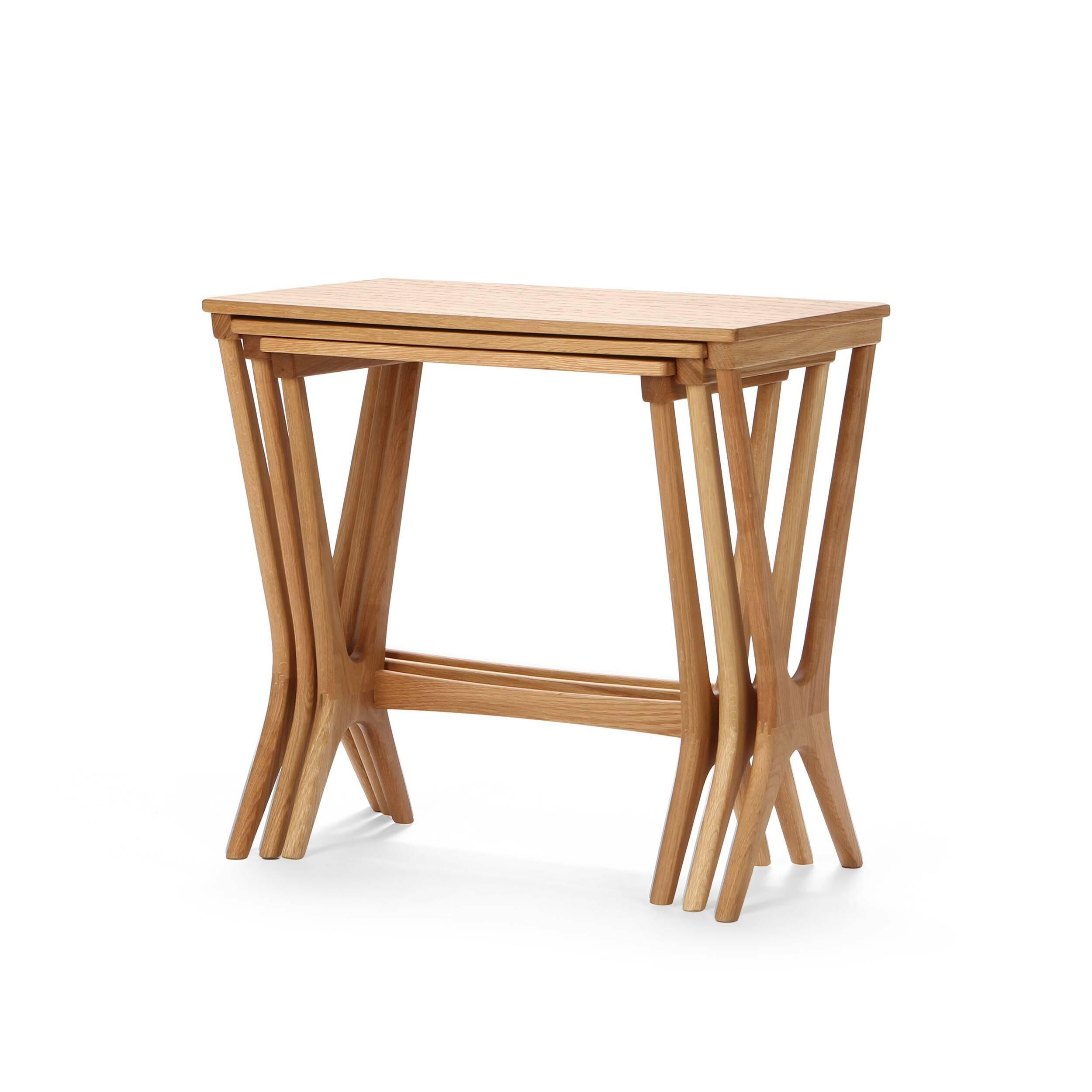 Набор кофейных столов NestingКофейные столики<br>Дизайнерский набор из трех коричневых кофейных столов Nesting (Нестинг) от Cosmo (Космо).<br><br><br> Складывающиеся столики-трансформеры не зря вот уже столько лет не сдают интерьерных позиций — проблема разумной и при этом красивой организации пространства стояла во все времена. Сегодня, когда дизайнеры предлагают сотни комбинаций и материалов для их прародителя, популярного столика Quartetto из XVIII века (в первоначальной версии было четыре складывающихся столика разных размеров), наш выбор ...<br><br>stock: 3<br>Высота: 53,8<br>Ширина: 56<br>Диаметр: 36<br>Цвет ножек: Светло-коричневый<br>Цвет столешницы: Светло-коричневый<br>Материал ножек: Массив дуба<br>Материал столешницы: Фанера, шпон дуба<br>Тип материала столешницы: Фанера<br>Тип материала ножек: Дерево