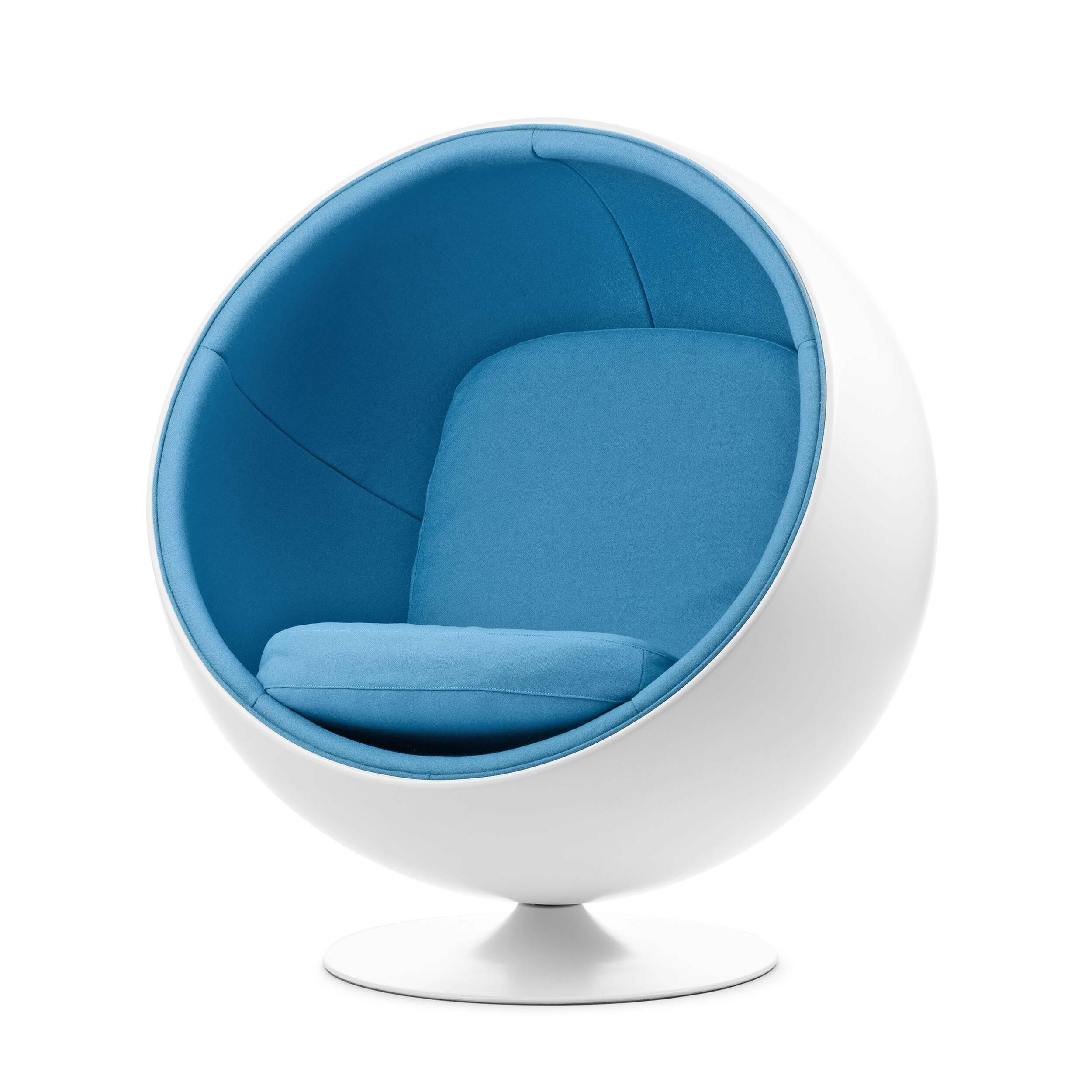 Кресло BallИнтерьерные<br>Дизайнерское круглое мягкое глубокое кресло-шар Ball (Бол) от Cosmo (Космо).<br> Кресло Ball, или как его еще называют кресло Globe, было разработано на основе одной из наиболее простых геометрических форм — шара. Отрезав часть от цельного шара и закрепив получившуюся конструкцию на основании, Ээро Аарнио, известный финский дизайнер и великий новатор в области использования пластмасс в промышленном дизайне, получил поистине замечательный результат. Его яркие, уютные и ироничные произведения ста...<br><br>stock: 2<br>Высота: 120<br>Высота сиденья: 42<br>Ширина: 109<br>Глубина: 97<br>Материал обивки: Хлопок, Лен<br>Тип материала каркаса: Стекловолокно<br>Коллекция ткани: Ray Fabric<br>Тип материала обивки: Ткань<br>Цвет обивки: Светло-голубой<br>Цвет каркаса: Белый матовый