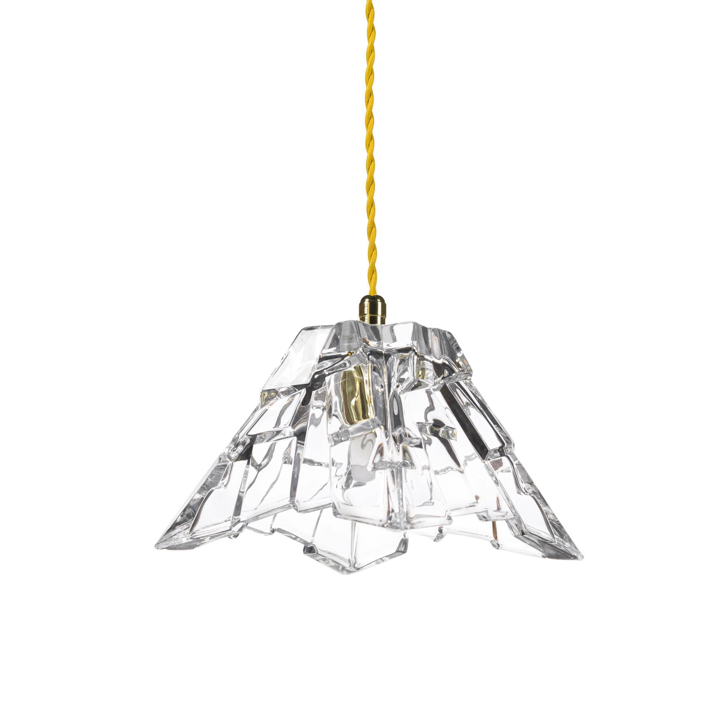 Подвесной светильник Crystal PeakПодвесные<br>«А что, позвольте поинтересоваться, ваза забыла у вас на потолке? И почему ко всему прочему она светит?»<br> <br> А потому, что дизайнеры подвесного светильника Crystal Peak  — большие виртуозы в своем деле. Материал, цвет, объемный узор — все это прямая отсылка к хрустальным вазам, которые по-прежнему хранятся у многих из нас. Но глядя на них никто не ожидал, что из них вышел бы отличный дизайнерский светильник! Свет, проходящий сквозь стенки изделия, изящно преломляется в гранях рисунка. Необыч...<br><br>stock: 18<br>Высота: 180<br>Диаметр: 16<br>Количество ламп: 1<br>Материал абажура: Стекло<br>Мощность лампы: 2<br>Ламп в комплекте: Нет<br>Напряжение: 220<br>Тип лампы/цоколь: G9<br>Цвет абажура: Прозрачный
