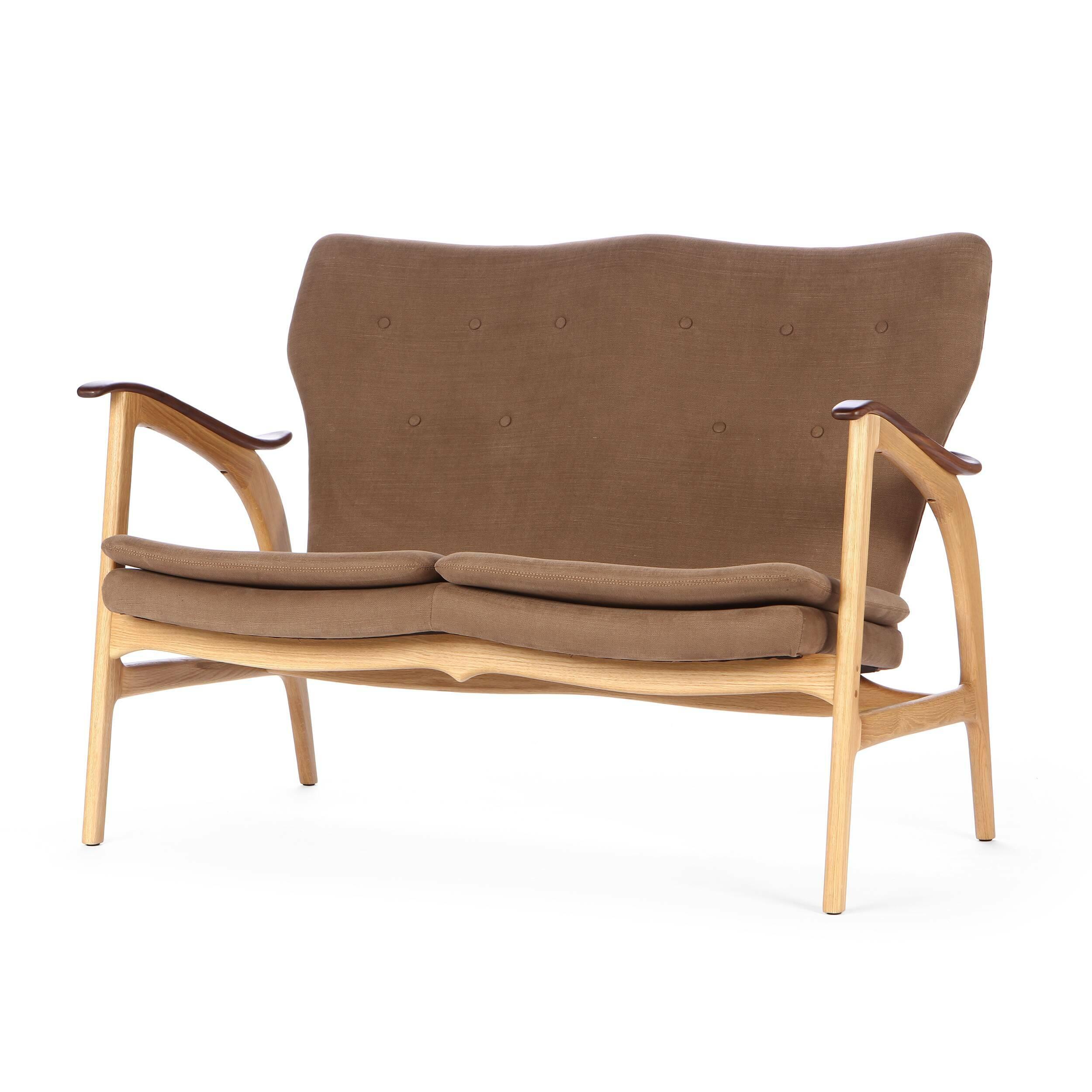 Диван FauteuilДвухместные<br>Дизайнерский легкий двухместный диван Fauteuil (Фоутей) с обивкой из льна и деревянным каркасом от Cosmo (Космо).<br><br>Классические формы классического дивана от классиков мебельного дизайна — проектировщиков из Скандинавии.<br> Финн Юль (Finn Juhl), автор дизайна дивана Fauteuil, — одна из крупнейших фигур в истории датского дизайна. В 1945 году он создал этот потрясающий диван, разорвавший привычные шаблоны: рама дивана больше не соединяет сиденье и спинку. Конечный результат задумки Финна Юл...<br><br>stock: 2<br>Высота: 84<br>Высота сиденья: 42,5<br>Глубина: 77<br>Длина: 118<br>Цвет подлокотников: Орех<br>Материал каркаса: Массив дуба<br>Материал обивки: Хлопок, Лен<br>Материал подлокотников: Массив ореха<br>Тип материала каркаса: Дерево<br>Коллекция ткани: Ray Fabric<br>Тип материала обивки: Ткань<br>Цвет обивки: Светло-коричневый<br>Цвет каркаса: Дуб белый