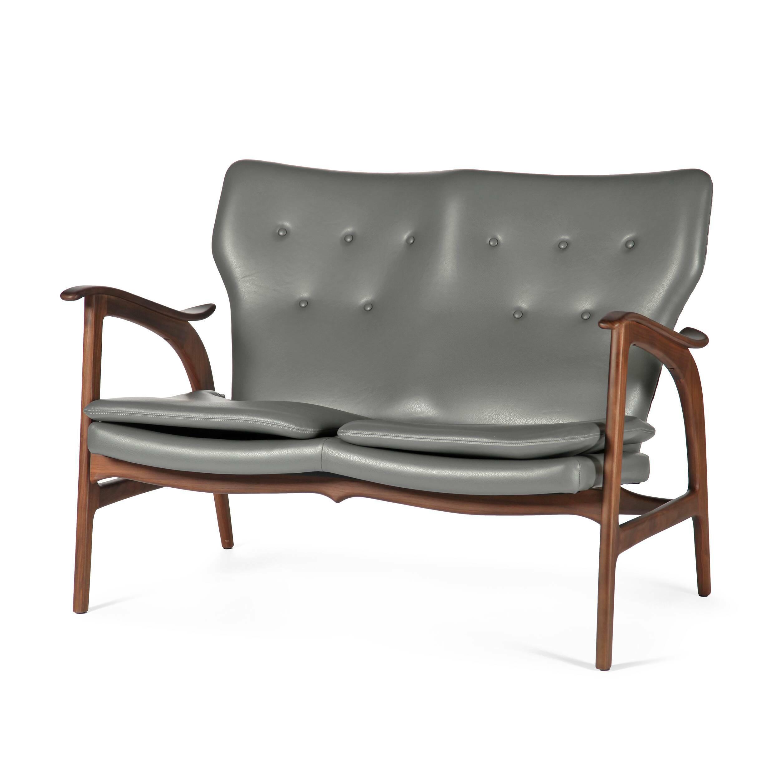 Диван FauteuilДвухместные<br>Дизайнерский легкий двухместный диван Fauteuil (Фоутей) с обивкой из льна и деревянным каркасом от Cosmo (Космо).<br><br>Классические формы классического дивана от классиков мебельного дизайна — проектировщиков из Скандинавии.<br> Финн Юль (Finn Juhl), автор дизайна дивана Fauteuil, — одна из крупнейших фигур в истории датского дизайна. В 1945 году он создал этот потрясающий диван, разорвавший привычные шаблоны: рама дивана больше не соединяет сиденье и спинку. Конечный результат задумки Финна Юл...<br><br>stock: 3<br>Высота: 84<br>Высота сиденья: 42,5<br>Глубина: 77<br>Длина: 118<br>Материал каркаса: Массив ореха<br>Тип материала каркаса: Дерево<br>Коллекция ткани: Harry Leather<br>Тип материала обивки: Кожа<br>Цвет обивки: Темно-серый<br>Цвет каркаса: Орех
