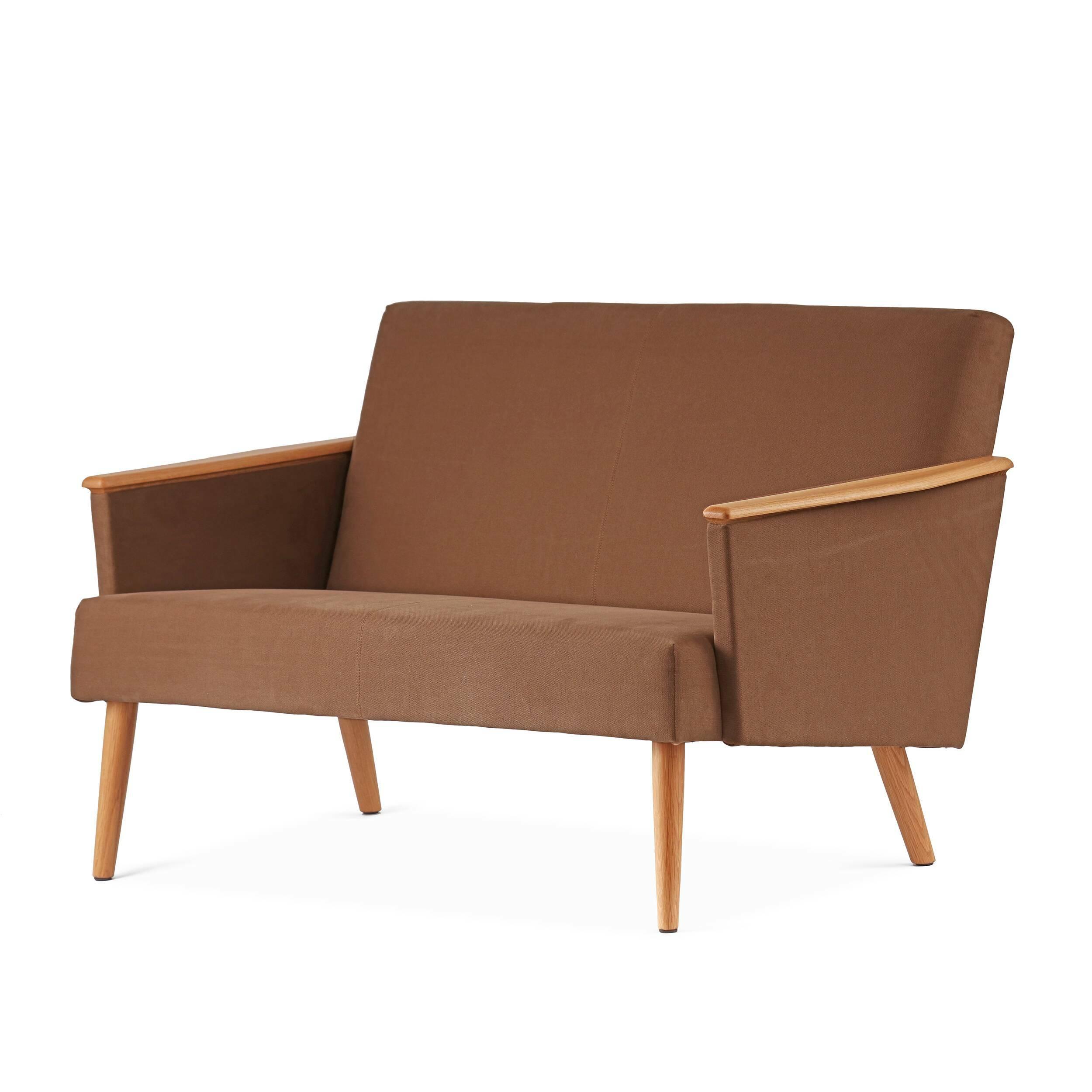 Диван Harry двухместныйДвухместные<br>Дизайнерский двухместный диван Harry (Гарри) с дубовым каркасом и длинными деревянными ножками от Cosmo (Космо)<br><br><br> Выбор дивана по-настоящему определяет будущую атмосферу и стиль помещения. Важно учесть множество факторов: размер, материал обивки и каркаса, дизайн интерьера, в который он въедет, его назначение. Будет диван стоять в деловом офисе или уютной гостиной? Все это необходимо иметь в виду при выборе такого важного предмета мебели.<br><br><br> Оригинальный диван Harry двухместный пора...<br><br>stock: 2<br>Высота: 77,5<br>Глубина: 79,5<br>Длина: 128<br>Материал каркаса: Массив дуба<br>Материал обивки: Хлопок, Лен<br>Тип материала каркаса: Дерево<br>Коллекция ткани: Ray Fabric<br>Тип материала обивки: Ткань<br>Цвет обивки: Светло-коричневый<br>Цвет каркаса: Дуб