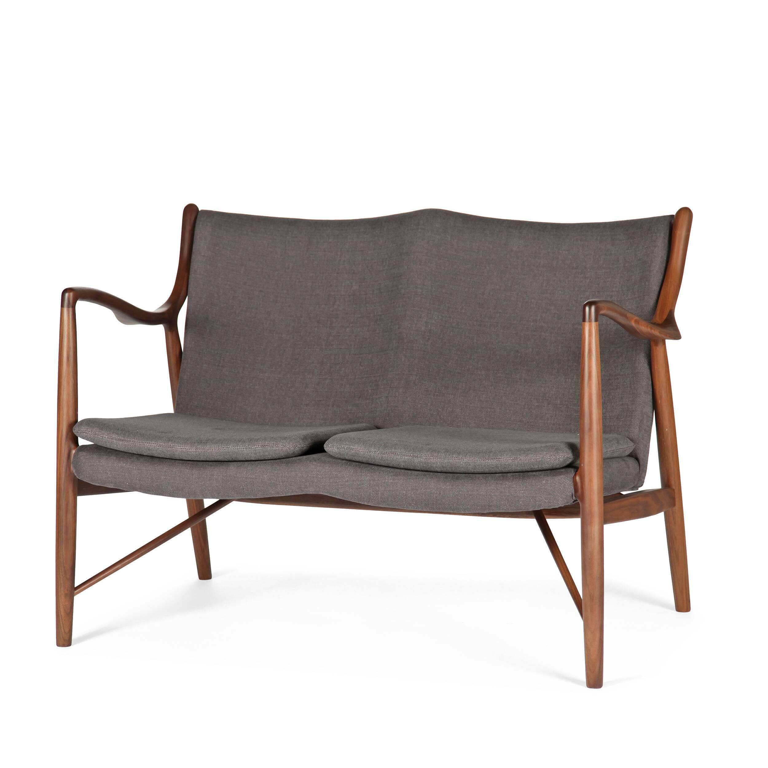 Диван NV45Двухместные<br>Дизайнерский небольшой двухместный легкий диван NV45 (НВ45) на длинных ножках от Cosmo (Космо)<br><br><br> Финн Юль был пионером датского дизайна. В 1945 году он создал этот фантастический диван, ставший одной из первых работ, в которых он явно разрушал существовавшие традиции, освободив сиденье и спинку от несущей рамы. В результате получился простой и элегантный диван, который охарактеризовал весь стиль Финна Юля и сделал его всемирно известным дизайнером. Работа была названа просто: «45».<br><br>...<br><br>stock: 1<br>Высота: 83<br>Высота сиденья: 42<br>Глубина: 76<br>Длина: 119<br>Материал каркаса: Массив ореха<br>Материал обивки: Хлопок<br>Тип материала каркаса: Дерево<br>Коллекция ткани: Charles Fabric<br>Тип материала обивки: Ткань<br>Цвет обивки: Темно-серый<br>Цвет каркаса: Орех