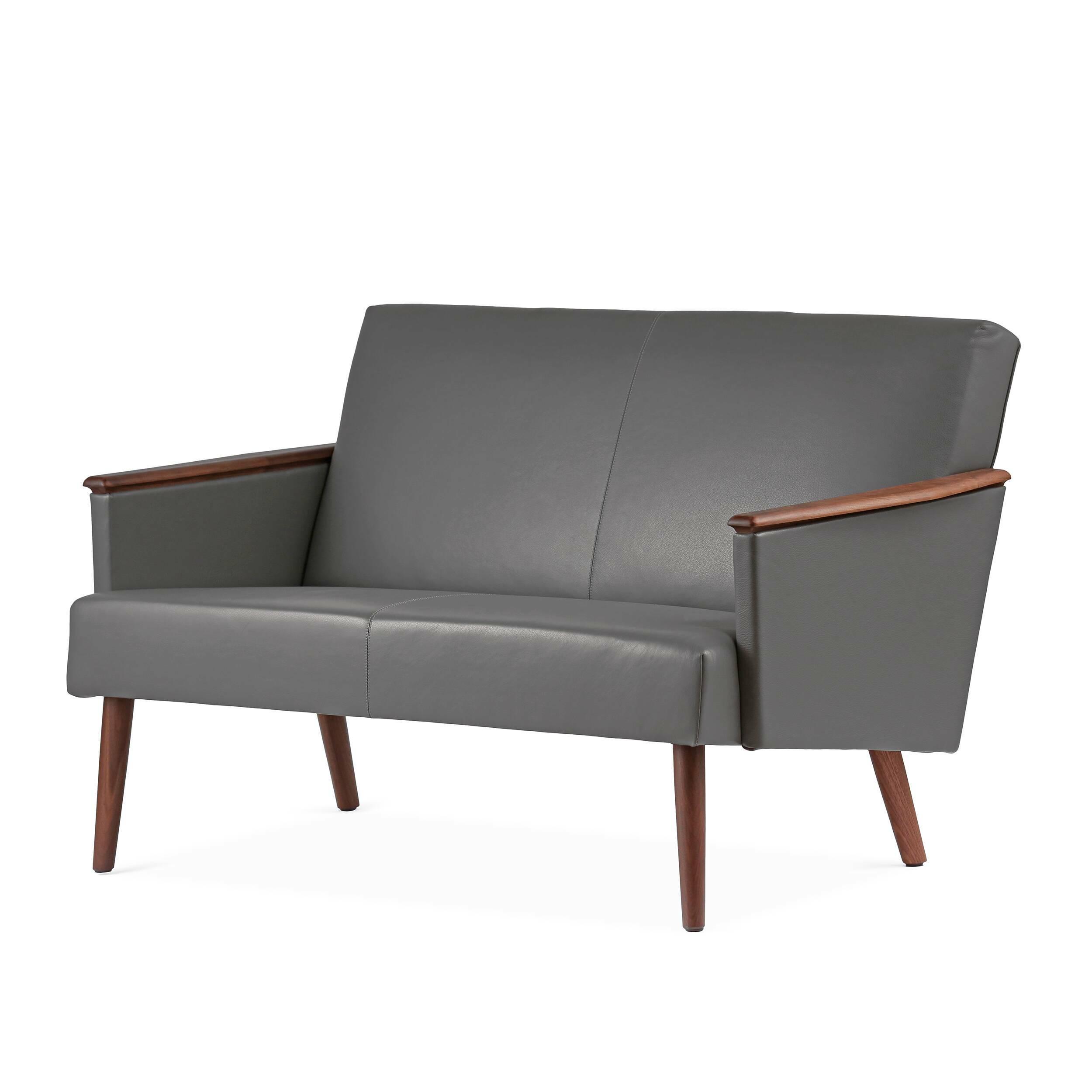 Диван Harry двухместныйДвухместные<br>Дизайнерский двухместный диван Harry (Гарри) с дубовым каркасом и длинными деревянными ножками от Cosmo (Космо)<br><br><br> Выбор дивана по-настоящему определяет будущую атмосферу и стиль помещения. Важно учесть множество факторов: размер, материал обивки и каркаса, дизайн интерьера, в который он въедет, его назначение. Будет диван стоять в деловом офисе или уютной гостиной? Все это необходимо иметь в виду при выборе такого важного предмета мебели.<br><br><br> Оригинальный диван Harry двухместный пора...<br><br>stock: 0<br>Высота: 77,5<br>Глубина: 79,5<br>Длина: 128<br>Материал каркаса: Массив ореха<br>Тип материала каркаса: Дерево<br>Коллекция ткани: Harry Leather<br>Тип материала обивки: Кожа<br>Цвет обивки: Темно-серый<br>Цвет каркаса: Орех