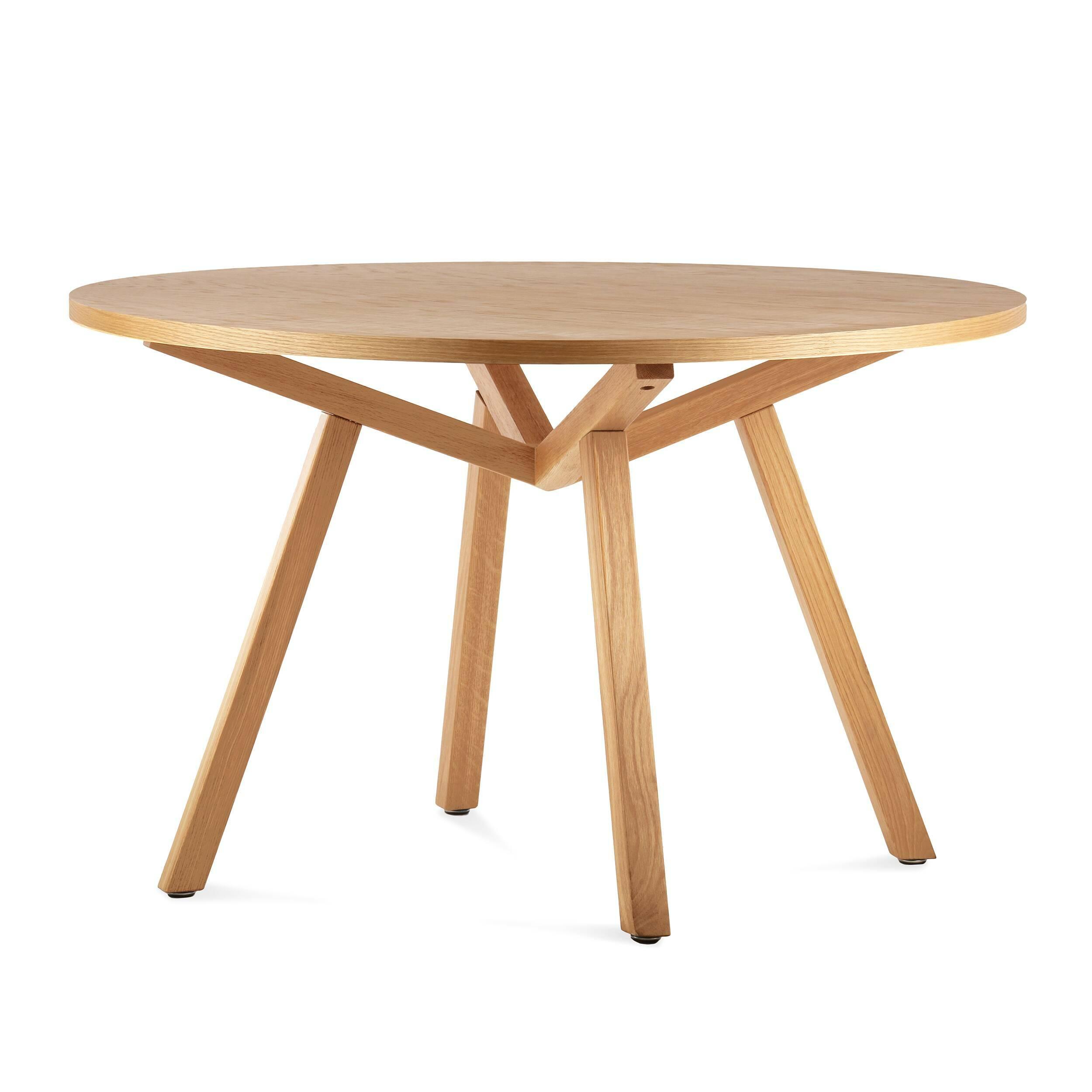 Обеденный стол Forte круглыйОбеденные<br>Дизайнерская круглый обеденный стол Forte (Форте) натурального цвета из дерева на четырех ножках от Cosmo (Космо).<br>         Американский дизайнер, путешественник и человек мира Шон Дикс успел пожить на Фиджи, в Микронезии и на Филиппинах, перед тем как переехать в Сан-Диего, Чикаго, а затем Европу и Гонконг. Его студии — в Милане и Гонконге, а среди его знаменитых клиентов Moschino, Harrods, Bosco di Ciliegi и La Scala. Что же привлекает их всех? Секрет Шона прост: он делает мебель, которая ...<br><br>stock: 0<br>Высота: 74<br>Диаметр: 120<br>Цвет ножек: Светло-коричневый<br>Цвет столешницы: Светло-коричневый<br>Материал ножек: Массив дуба<br>Материал столешницы: Фанера, шпон дуба<br>Тип материала столешницы: Фанера<br>Тип материала ножек: Дерево