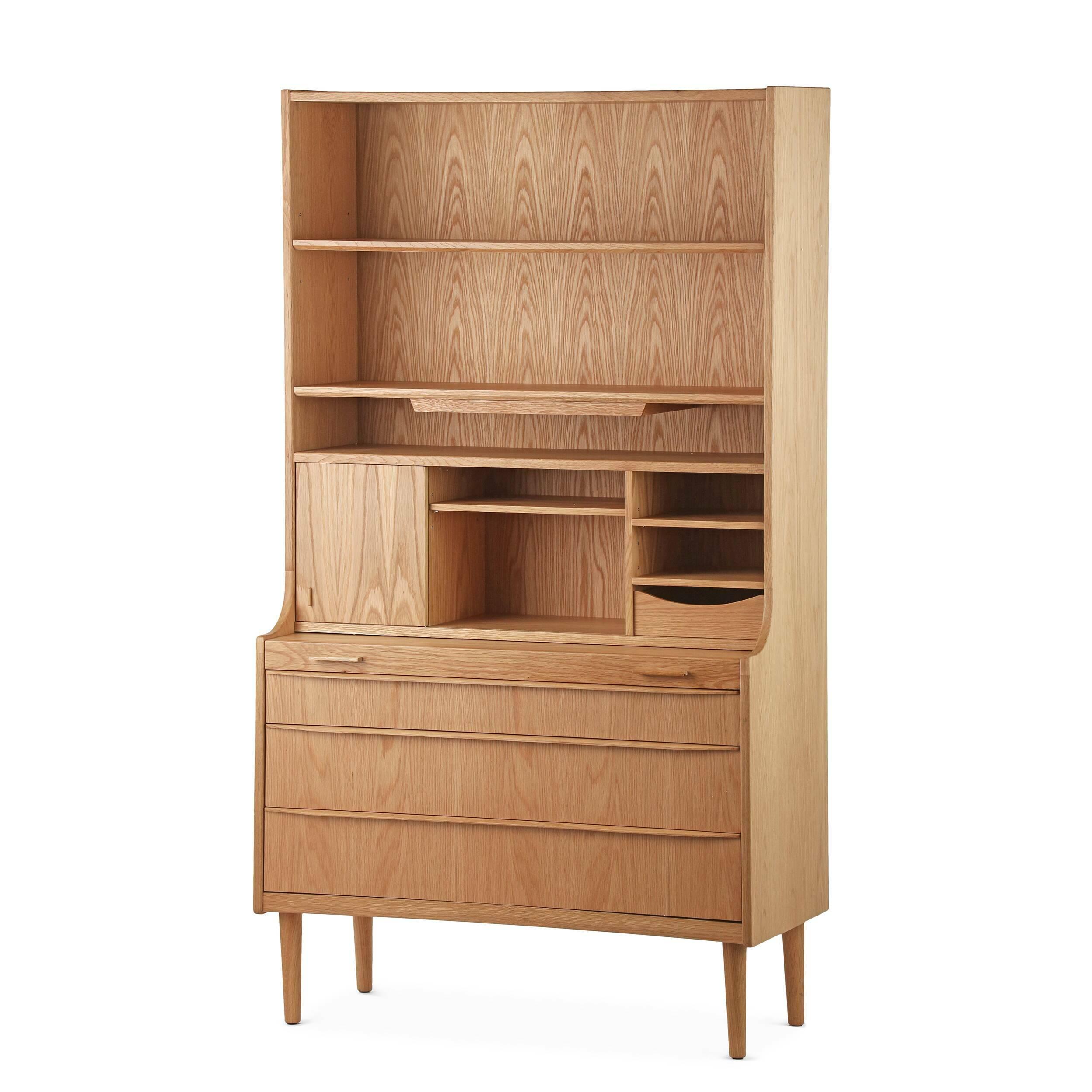 Шкаф ExemplaryШкафы<br>Выбрать подходящую мебель для хранения ваших вещей не всегда легко, приходится учитывать множество факторов. Шкаф или комод должен подходить по дизайну, быть функциональным и удобным и, что немаловажно, иметь привлекательный внешний вид.<br><br><br> Шкаф Exemplary сочетает в себе все необходимые качества высококлассной дизайнерской мебели. У него имеется множество открытых отделений для хранения самых разных вещей, а также вместительные выдвижные ящики. Шкаф покоится на четырех высоких устойчив...<br><br>stock: 1<br>Высота: 176,5<br>Ширина: 100<br>Глубина: 46,5<br>Цвет ножек: Дуб<br>Материал каркаса: МДФ, шпон дуба<br>Материал ножек: Массив дуба<br>Тип материала каркаса: МДФ<br>Тип материала ножек: Дерево<br>Цвет каркаса: Дуб