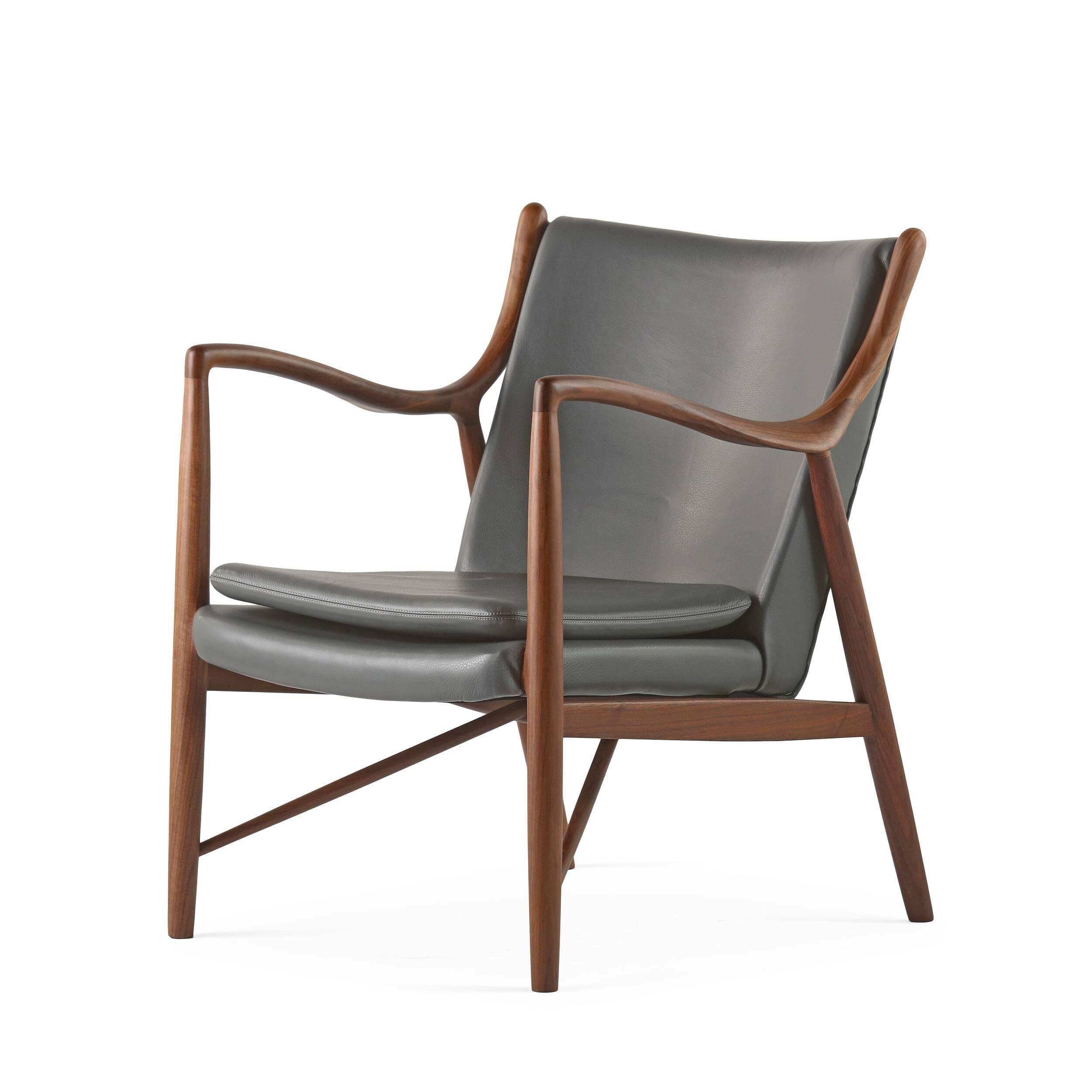 Кресло NV45Интерьерные<br>Дизайнерское элегантное легкое кресло NV45 (НВ45) с деревянной основой от Cosmo (Космо).<br><br><br> Финн Юль был пионером датского дизайна. В 1945 году он создал это фантастическое кресло, ставшее одной из первых работ, в которых он явно разрушал существовавшие традиции, освободив сиденье и спинку от несущей рамы. В результате получился простой и элегантный стул, который охарактеризовал весь стиль Финна Юля и сделал его всемирно известным дизайнером. Работа была названа просто: «45».<br><br><br> Мно...<br><br>stock: 3<br>Высота: 83<br>Высота сиденья: 42<br>Ширина: 71<br>Глубина: 76<br>Материал каркаса: Массив ореха<br>Тип материала каркаса: Дерево<br>Коллекция ткани: Harry Leather<br>Тип материала обивки: Кожа<br>Цвет обивки: Темно-серый<br>Цвет каркаса: Орех американский