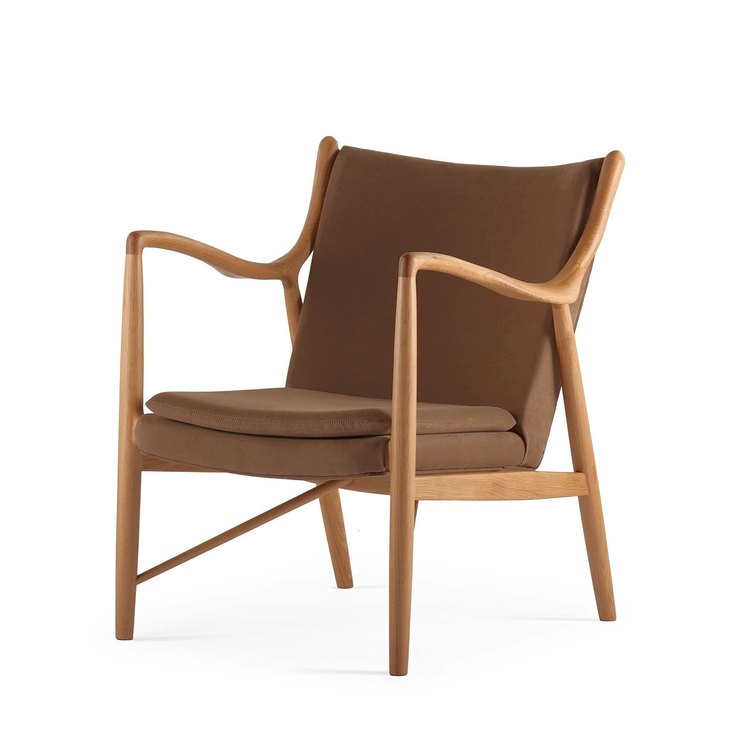Кресло NV45Интерьерные<br>Дизайнерское элегантное легкое кресло NV45 (НВ45) с деревянной основой от Cosmo (Космо).<br><br><br> Финн Юль был пионером датского дизайна. В 1945 году он создал это фантастическое кресло, ставшее одной из первых работ, в которых он явно разрушал существовавшие традиции, освободив сиденье и спинку от несущей рамы. В результате получился простой и элегантный стул, который охарактеризовал весь стиль Финна Юля и сделал его всемирно известным дизайнером. Работа была названа просто: «45».<br><br><br> Мно...<br><br>stock: 0<br>Высота: 83<br>Высота сиденья: 42<br>Ширина: 71<br>Глубина: 76<br>Материал каркаса: Массив дуба<br>Материал обивки: Хлопок, Лен<br>Тип материала каркаса: Дерево<br>Коллекция ткани: Ray Fabric<br>Тип материала обивки: Ткань<br>Цвет обивки: Светло-коричневый<br>Цвет каркаса: Дуб
