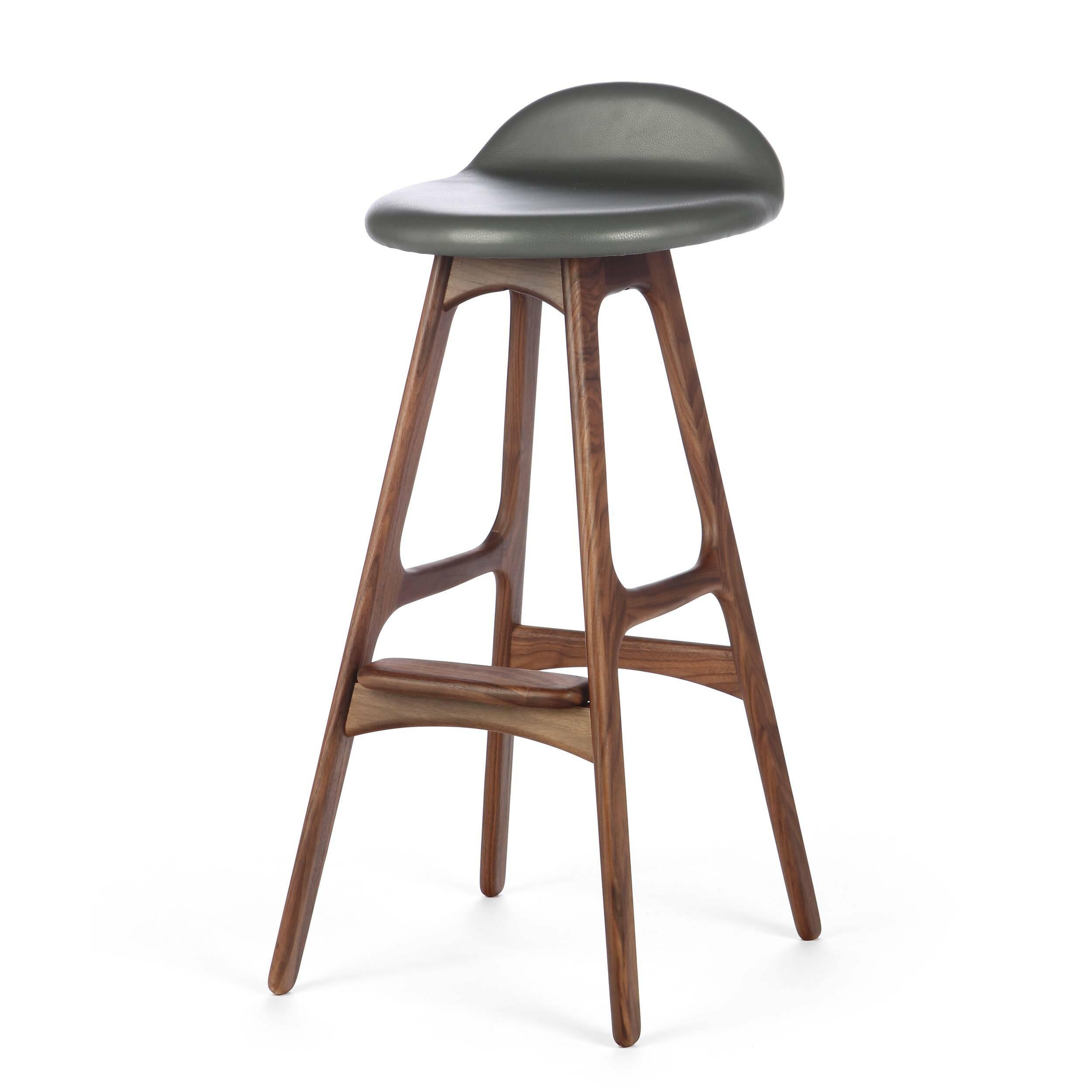 Барный стул Buch 2Полубарные<br>Мы говорим скандинавский модерн, подразумеваем целую плеяду дизайнеров-экспериментаторов, среди которых был и Эрик Бук. Мебель этого датчанина с 1957 года занимает прочные позиции в истории дизайна благодаря минималистичным обтекаемым формам, натуральным материалам — дереву, ткани и коже, практичности и функциональности.<br><br><br> Поклонников модного нынче экологичного образа жизни, да и просто любителей завтраков и ужинов на траве, наверняка привлечет знаменитый барный стул Buch 2. Он появи...<br><br>stock: 17<br>Высота: 75,5<br>Высота сиденья: 65<br>Ширина: 40<br>Глубина: 45<br>Цвет ножек: Орех<br>Материал ножек: Массив ореха<br>Цвет сидения: Темно-серый<br>Тип материала сидения: Кожа<br>Коллекция ткани: Harry Leather<br>Тип материала ножек: Дерево