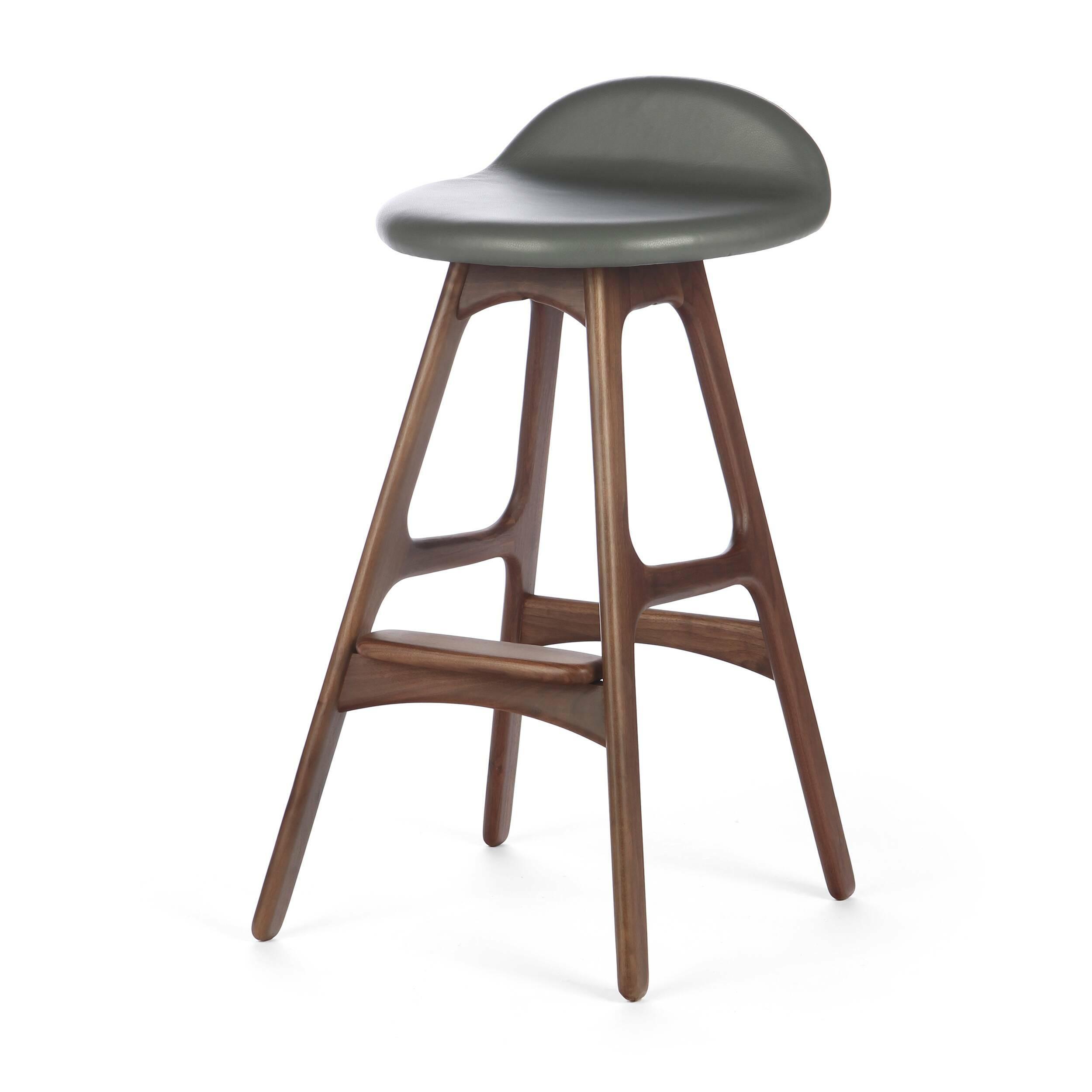 Барный стул Buch 3Барные<br>Дизайнерский барный стул Buch (Буш) без подлокотников на деревянных ножках от Cosmo (Космо).<br> Высокий барный стул Buch 3 создан еще в 1960 году дизайнером Эриком Буком, который посвятил всю свою жизнь дизайну и архитектуре. У Эрика Бука было свыше 30 коммерчески успешных дизайн-проектов, среди которых самым успешным стал именно этот барный стул, который нашел свое место в миллионах домов по всему миру. Сегодня же стулья, сконструированные Эриком Буком, по-прежнему производятся на фабриках в...<br><br>stock: 0<br>Высота: 85,5<br>Высота сиденья: 75<br>Ширина: 40<br>Глубина: 45<br>Цвет ножек: Орех<br>Материал ножек: Массив ореха<br>Цвет сидения: Светло-серый<br>Тип материала сидения: Кожа<br>Коллекция ткани: Harry Leather<br>Тип материала ножек: Дерево