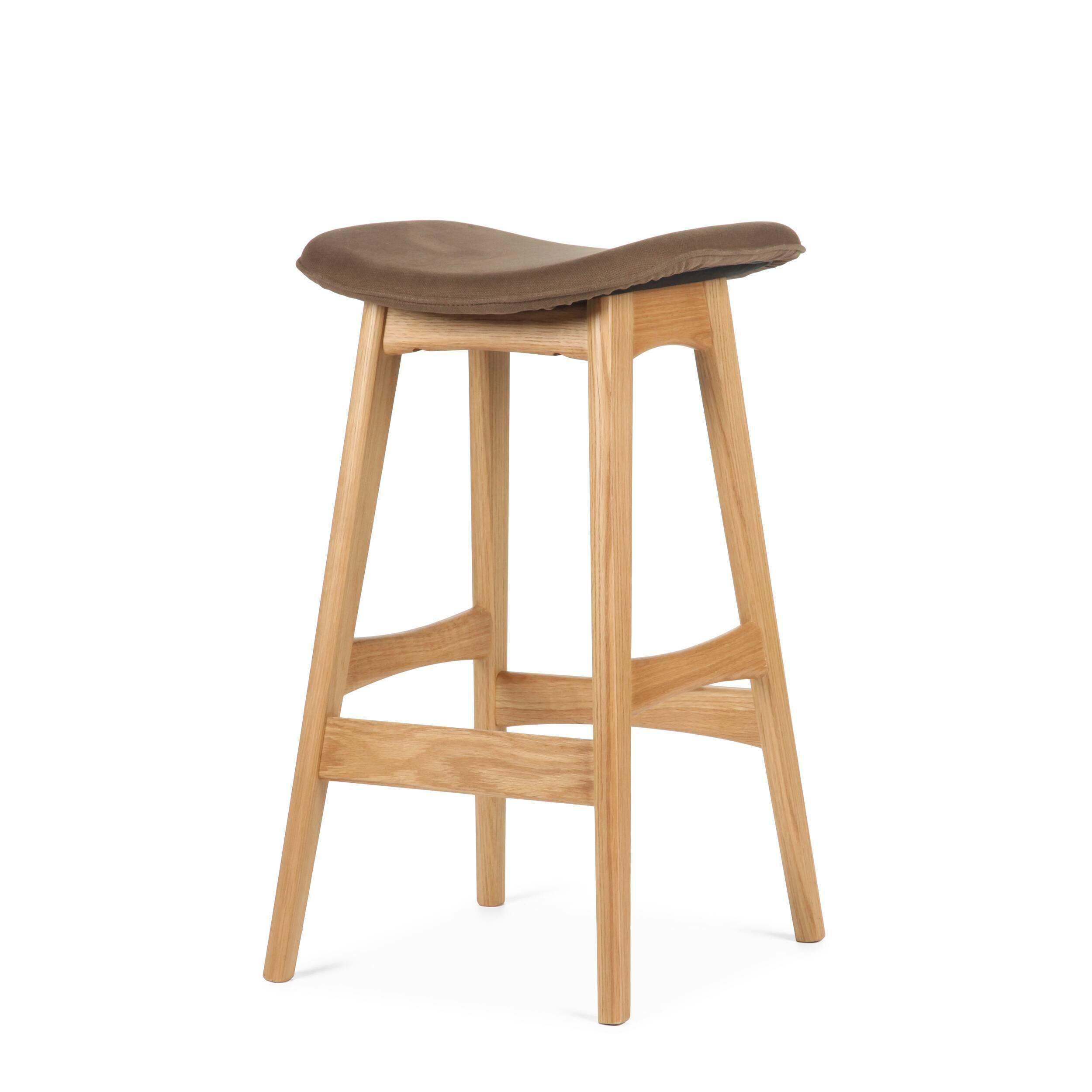 Барный стул Allegra высота 67Полубарные<br>Первоначально разработанный Йоханнесом Андерсеном в 1961 году, барный стул Allegra высота 67 — простое, но шикарное дополнение к любому дому или офису. С сиденьем, находящимся на уровне 76 сантиметров, этот стильный стул практичен и современен.<br><br><br> Высококачественная рама барного стула Allegra высота 67 выполнена из ореха, а сиденье — из мягкой кожи, которую к тому же легко чистить. Сиденье шириной 40 сантиметров подстроено под анатомические линии тела. Красное, белое и черное цветовое...<br><br>stock: 3<br>Высота: 66,5<br>Ширина: 40<br>Глубина: 38,5<br>Цвет ножек: Белый дуб<br>Материал ножек: Массив дуба<br>Материал сидения: Хлопок, Лен<br>Цвет сидения: Коричневый<br>Тип материала сидения: Ткань<br>Коллекция ткани: Ray Fabric<br>Тип материала ножек: Дерево