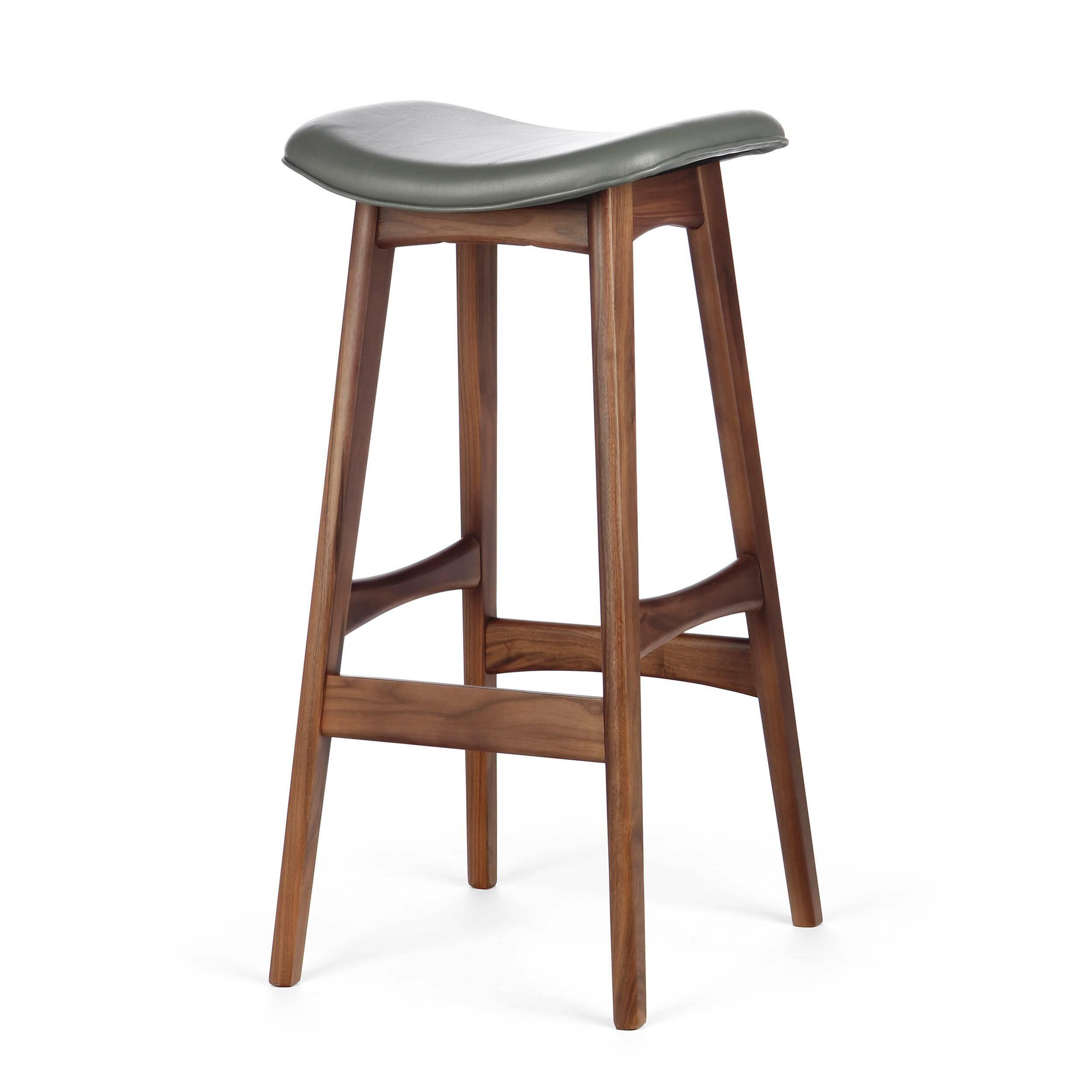 Барный стул Allegra высота 77Барные<br>Дизайнерский барный стул Allegra (Аллегра) на деревянном каркасе без спинки в различных цветах от Cosmo (Космо).Это универсальный стул для дома и частных заведений. Он отлично подойдет как для баров и ресторанов, так и для уютных гостиных и кухонь. Цвет натурального дерева и простота деталей делают его по-настоящему лаконичным, благодаря чему он прекрасно впишется в интерьеры различной стилевой направленности.<br> <br> Стройный силуэт оригинального барного стула Allegra высота 77 составляют прямы...<br><br>stock: 3<br>Высота: 76,5<br>Ширина: 40<br>Глубина: 38,5<br>Цвет ножек: Орех<br>Материал ножек: Массив ореха<br>Цвет сидения: Темно-серый<br>Тип материала сидения: Кожа<br>Коллекция ткани: Harry Leather<br>Тип материала ножек: Дерево