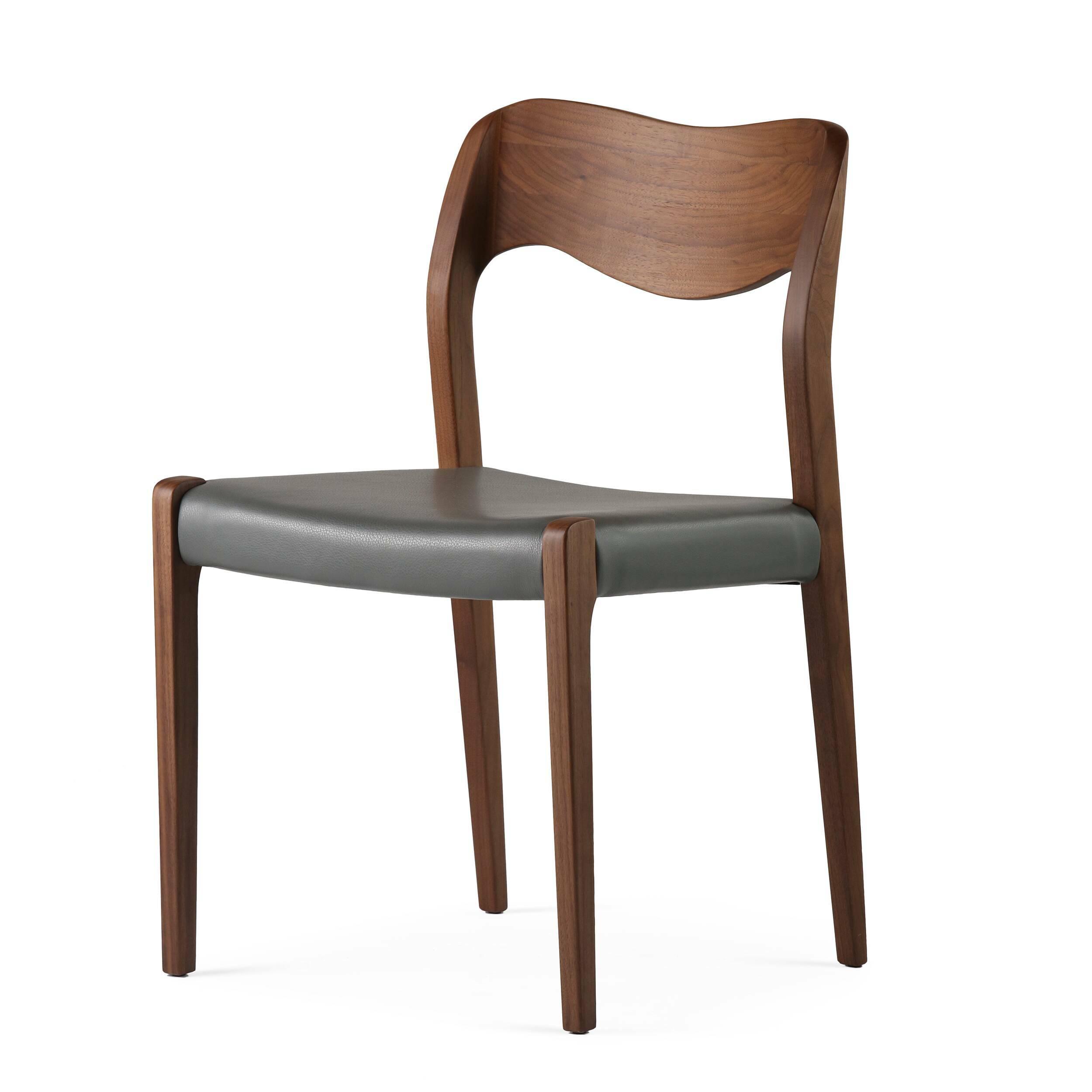 Стул WideИнтерьерные<br>Дизайнерский стул Wide (Уайд) с каркасом из дерева от Cosmo (Космо).<br> Стул Wide вполне претендует на звание эталонного, в нем есть все, что нужно идеальному предмету интерьера. Лаконичный дизайн, плавные линии, четкая геометрия — такой стул легко впишется в любой интерьер, каким бы авангардным он ни был. Ну а для пространств, оформленных в стиле скандинавского минимализма, оригинальный стул Wide просто незаменим.<br><br><br> Кожаная обивка сиденья не только повышает комфорт, но и придает лоск — т...<br><br>stock: 0<br>Высота: 78,5<br>Ширина: 50<br>Глубина: 50,5<br>Материал каркаса: Массив ореха<br>Тип материала каркаса: Дерево<br>Цвет сидения: Темно-серый<br>Тип материала сидения: Кожа<br>Коллекция ткани: Harry Leather<br>Цвет каркаса: Орех