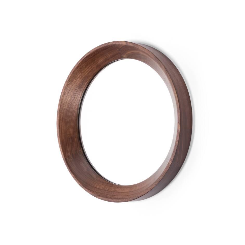 Настенное зеркало Velodrome круглоеНастенные<br>Настенное зеркало Velodrome круглое появилось благодаря тому, что однажды известный дизайнер Шон Дикс обратил свой творческий взгляд на покрытие велотрека на велодроме. И тогда ему в голову пришла мысль, что форма и текстура велотрассы напоминают раму для зеркала.<br><br><br><br> Предметы, которые вдохновляют дизайнеров на создание своих шедевров, иногда встречаются в самых неожиданных местах. Так устроен мозг гениев и талантливых людей. Они могут увидеть чудо или даже сделать открытие благодар...<br><br>stock: 1<br>Высота: 5<br>Материал: Орех американский<br>Цвет: Натуральный<br>Диаметр: 37