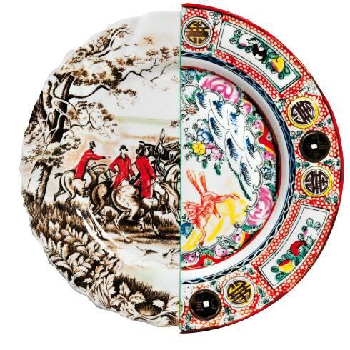 Тарелка Hybrid EusafiaПосуда<br>Тарелка Hybrid Eusafia была разработана молодой и прогрессивной дизайнерской группой СtrlZak. А компания Seletti превратила невероятный замысел в реальный фарфор. Дизайнеры СtrlZak захотели при помощи этой коллекции привнести немного искусства в монотонное течение повседневной жизни и показать историю производства китайского и европейского фарфора, что называется, в «разрезе» и в «картинках».<br><br><br><br><br> Предметы из коллекции посуды Hybrid ровно пополам разделены на две части цветно...<br><br>stock: 0<br>Высота: 2,3<br>Материал: Фарфор<br>Цвет: Разноцветный/Colorful<br>Диаметр: 27,5
