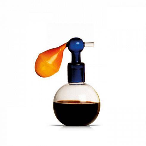 Атомайзер Seletti 1Разное<br>Вот уж такого подвоха от атомайзера Seletti 1 никто не ждал! Та часть, которая должна быть из, например, резины, сделана из стекла. Как, спрашивается, пользоваться этим замысловатым атомайзером? Дело в том, что это вовсе не приспособление для дозации парфюма и используется оно вовсе не в дамском будуаре.Это сосуд для хранения соусов, и место ему за обеденным столом.<br> <br> Компания Seletti — это большие шутники в области дизайна. Они очень любят переворачивать все с ног на голову и придум...<br>