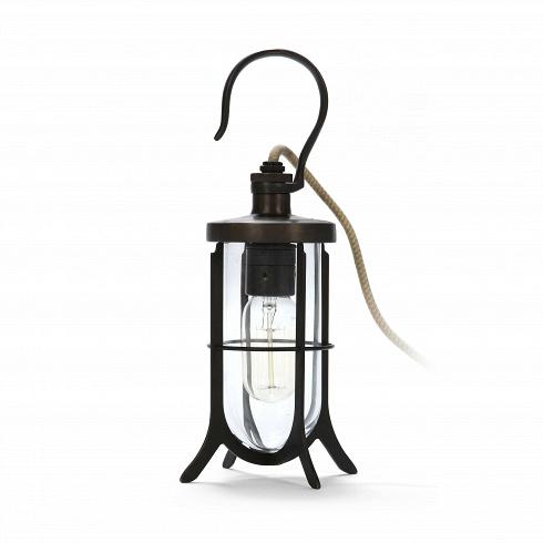 Настольный светильник Hook LightНастольные<br>Настольный светильник Hook Light был разработан как портативный переносной светильник. Первоначально оснащенный длинным резиновым кабелем для легкой транспортировки икрюком для вывешивания напалубах судна или устойчивых дверях, сегодня резина заменена нахлопковый кабель.<br><br><br><br><br><br> Настольный светильник Hook Light— это один изсамых старых примеров промышленного стиля вдизайне освещения.<br>