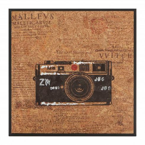 Картина LeicaКартины<br>Когда вся мебель в интерьере расставлена, в ход идет декор. Именно он расставляет акценты и придает интерьеру характер. С картинами из коллекции Cork от компании Cosmo вы сумеете создать интерьер своей мечты — яркий и атмосферный.<br> <br> Картина Leica — модель с изображением пленочного фотоаппарата. Монохромный принт с красным акцентным цветом — характерная черта коллекции. Надписи, разбитые на колонки в газетном стиле, — также примечательная особенность. Картина отлично подходит для укра...<br>
