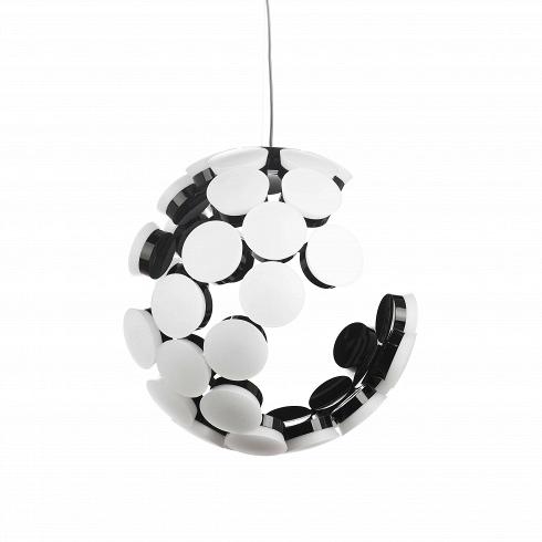Подвесной светильник ScopasПодвесные<br>Созданный с помощью повторений одного единственного элемента, подвесной светильник Scopas представляет собой сферу с отсутствием некоторых деталей. Дизайн данной модели светильника своего рода хамелеон. Под разным углом обзора он предстает совершенно разным - то это минималистичный сферический абажур, то ассиметричный арт-объект. Определенно точно можно сказать одно - с таким подвесным светильником интерьер вашего дома или квартиры не будет скучным.<br><br>Светильник изготовлен в соответствии с п...<br>