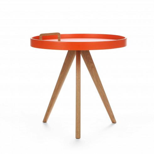 Кофейный стол OxleyКофейные столики<br>Кофейный стол Oxley — это компактный столик, который непременно впишется в современный интерьер любой жилой комнаты. Самое примечательное в нем — это ручка для переноски, которая прикреплена к столешнице. Таким образом, столик легко перенести с одного места на другое. Он очень удобен при сервировке обеденных трапез или в качестве придиванного/прикроватного.<br> <br> Дизайн столика выполнен в скандинавском стиле. Использованная в составе конструкции древесина дуба в сочетании с цветом столеш...<br>
