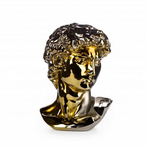 Статуэтка Antinous серебряно-золотаяНастольные<br>Статуэтка представляет собой копию бюста древнегреческого героя Антиноя, который отличался классической мужской красотой и много раз был запечатлен в камне. Скульптура выполнена из полистоуна в двух цветах — серебряном и золотом, плавно по диагонали перетекающих друг в друга.<br><br><br> Антиной прославился как фаворит императора Рима Адриана и после своей смерти почитался как бог. Культ Антиноя был распространен в Греции и Египте. В его честь был воздвигнут город Антинополь. Также его именем ...<br>