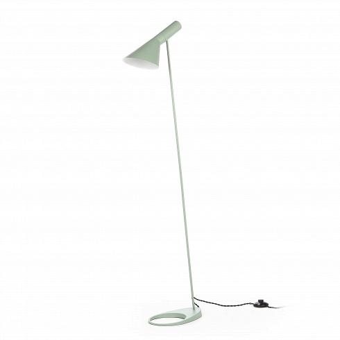 Напольный светильник AJ 2Напольные<br>Датский архитектор Арне Якобсен, чьи проекты получили мировое признание, в середине прошлого века стал разрабатывать предметы интерьера. Основное направление его деятельности — стиль хай-тек.<br><br><br> Замечательное творение автора — это напольный светильник AJ 2. Тонкая длинная ножка позволяет устанавливать его вгостиных и столовых, в спальнях и детских комнатах. Небольшая плоская основа надежно удерживает общую конструкцию и не позволяет светильнику опрокинуться. Светильник может зан...<br><br>DESIGNER: Arne Jacobsen