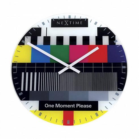 настенные часы TESTPAGE (8607en)Часы<br>Артикул: 8607en. Создавая эти оригинальные настенные часы, голландские дизайнеры поместили ретро-историю в современный контекст: яркий принт с изображением телевизионной тестовой страницы, знакомой всем с детства, смотрится очень актуально и стильно. Идеальный вариант для тех, кто любит смелые решения и эксперименты. Добавьте ноту юмора и оригинальности в ваш интерьер с помощью этих дизайнерских настенных часов. Сделано в Нидерландах.<br>