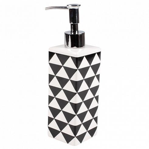 дозатор PIRAMID (3556)Посуда<br>Артикул: 3556. Сочетание классической формы и оригинального узора изящно воплотилось в этом керамическом дозаторе для жидкого мыла. Строгий, на первый взгляд, дизайн разбавляет рисунок из геометрических фигур, который оживит и освежит интерьер комнаты. Дизайн: Cult Design, Швеция.<br>