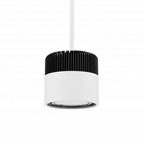 Подвесной светильник SuspendedПодвесные<br>Подвесной светильник Suspendedвпечатляет продуманностью конструкции. Простое с виду изделие состоит из большого числа деталей, но тем не менее выглядит строго и элегантно. Рифленая алюминиевая поверхность, контрастируяс нижней половиной изделия в белом глянцевом исполнении, создает эффектный дизайн, которыйстанет отличным дополнением для любого современного интерьера.<br><br> Светильник оснащен LED-лампой холодного света. Данный тип ламп популярен благодаря своим эне...<br>