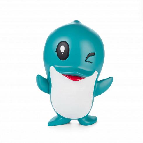 Статуэтка DolphinНастольные<br>В каждом доме определенно найдется место для такой излучающей радость и жизнелюбие статуэтки, как этот дельфин, выполненный в несколько мультипликационном стиле.<br><br><br> Несмотря на определенную «игрушечность» статуэток, обусловленную их стилистикой, не стоит забывать и о том, что дельфин — это многогранный и всегда положительный символ. Так, в христианстве он связан с воскрешением и спасением, в индуизме считается конем бога любви, греческая мифология отождествляла его с бессмертным спутн...<br>