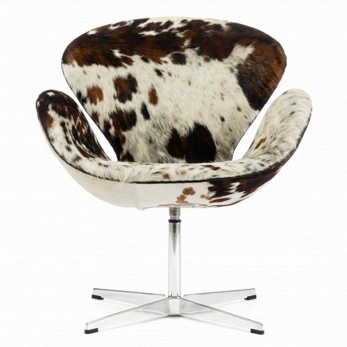 Кресло Swan шкура пониКресла<br>Дизайнер Арне Якобсен разрабатывал кресло Swan для техже целей, что икресло Egg— для оформления гостиных Королевского отеля вКопенгагене в1958 году.<br><br><br> Кресло Swan было для Якобсена отличной возможностью реализовать собственные идеи вобласти дизайна иархитектуры напрактике. Для 1958 года кресло Swan было технологически инновационным продуктом: никаких прямых линий, только кривые. Литую оболочку изсинтетических материалов навр...<br><br>DESIGNER: Arne Jacobsen