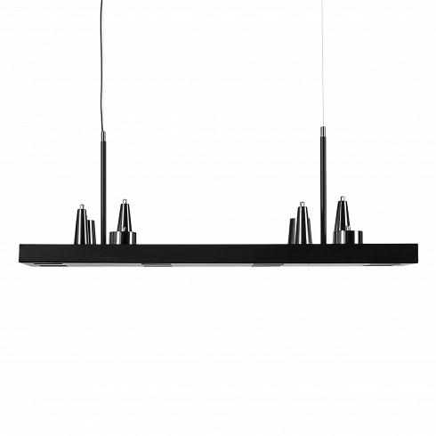 Подвесной светильник Table d'Amis 4Подвесные<br>У этого светильника много необычных деталей - например, шнур, подающий ток, проходит только около одного подвеса, что, при определённой игре света, создаёт ощущение, будто вторая половина светильника висит в воздухе сама по себе. Ещё одна особенность – 2 уровня освещения. Свет исходит не только от причудливых абажуров сверху, но и от ламп, которые располагаются внизу в нишах, сделанных в матово-чёрном основании светильника. Благодаря этому кажется, что вся конструкция парит в воздухе.<br><br><br>...<br><br>DESIGNER: William Brand, Annet van Egmond