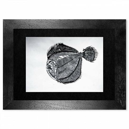 Картина Palaia_744Картины<br>Картина Palaia_744 — авторская художественная японская графика с применением китайской каллиграфической туши и элементами чешуи. Оформлена в натуральную деревянную раму ручной работы с паспарту под антибликовым стеклом, сзади стеновое крепление.<br><br><br> Размер 940x700 мм вместе с рамой.<br>