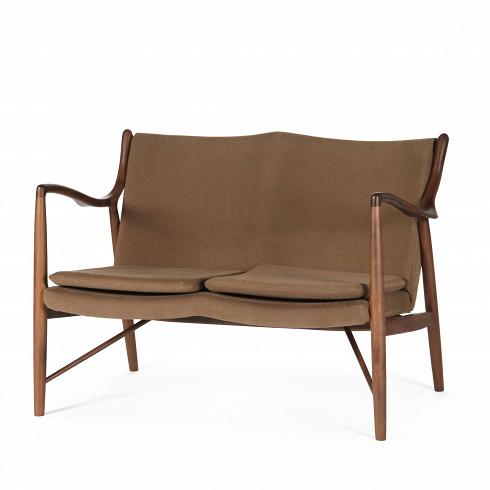 Диван NV45Двухместные<br>Финн Юль был пионером датского дизайна. В1945 году онсоздал этот фантастический диван, ставший одной изпервых работ, вкоторых онявно разрушал существовавшие традиции, освободив сиденье испинку отнесущей рамы. Врезультате получился простой иэлегантный диван, который охарактеризовал весь стиль Финна Юля исделал его всемирно известным дизайнером. Работа была названа просто: «45».<br><br><br> Диван NV45 — это отличный и яркий пример неверо...<br><br>DESIGNER: Finn Juhl