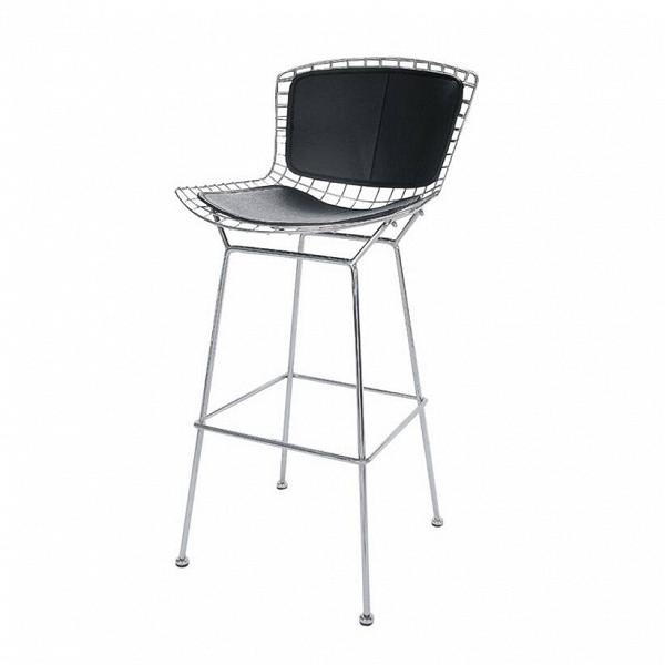 Барный стул Bertoia с кожаной спинкойБарные<br>Дизайнерский черный кожаный барный стул Bertoia (Бертоя) со спинкой от Cosmo (Космо). <br>Гарри Бертойя активно экспериментировал над применением технологий гибки стальных прутьев вВсфере мебельного производства. Результатом опытов этого американского дизайнера, соратника четы Имзов, стал изящный барный стул Bertoia с кожаной спинкой. Высокий барный стул — это прочное и долговечное изделие, выполненное дизайнерами, которые знаю толк в современной эстетике. Дизайн изделия был разработан еще...<br><br>stock: 0<br>Высота: 104<br>Высота сиденья: 75,5<br>Ширина: 52,5<br>Глубина: 59<br>Тип материала каркаса: Сталь нержавеющя<br>Цвет сидения: Черный<br>Тип материала сидения: Кожа<br>Коллекция ткани: Premium Leather<br>Цвет каркаса: Хром<br>Дизайнер: Harry Bertoia