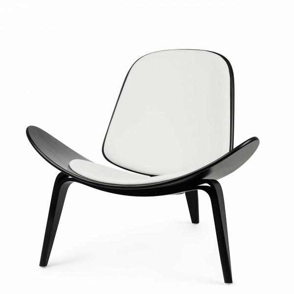 Кресло ShellИнтерьерные<br>Дизайнерское стильное кресло Shell (Шелл) с обивкой на трех ножках от Cosmo (Космо).<br><br><br> НаВпротяжении десятилетий имя Ханса Вегнера связывалось сВмодернистской школой, которая превыше всего ценит функциональные аспекты. Его кресло наВтрех ножках Shell впервые появилось наВпублике вВ1963 году иВявилось олицетворением давней любви Ханса Вегнера кВдереву сВодной стороны иВоригинальному, ноВпростому дизайну сВдругой. Тогда было выпущен...<br><br>stock: 0<br>Высота: 74,5<br>Высота сиденья: 37<br>Ширина: 91<br>Глубина: 82<br>Тип материала каркаса: Фанера<br>Коллекция ткани: Standart Leather<br>Тип материала обивки: Кожа<br>Цвет обивки: Белый<br>Цвет каркаса: Черный<br>Дизайнер: Hans Wegner