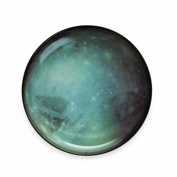 Тарелка PlutoПосуда<br>Перенесите свой обеденный стол в далекие и неизведанные уголки Вселенной вместе коллекцией посуды от Seletti. Данная коллекция разработана совместно с компанией Diesel, которая успешно создает свои тренды не только в области производства одежды, но интерьера. <br> <br> В соотношении с целой Вселенной обеденная зона — это крохотный уголок, но с коллекцией Cosmic Dinner это вовсе не так. Эти модные планетарные тарелки будто расширяют границы возможного и приглашают всю Вселенную к вам на обед. <br> <br>...<br><br>stock: 8<br>Высота: 3<br>Материал: Фарфор<br>Цвет: Темно-зеленый<br>Диаметр: 26