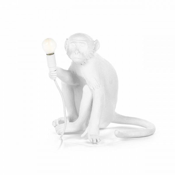 Настольный светильник Monkey 2Настольные<br>Дизайнерский стильный настольный светильник Monkey 2 (Манки 2) в форме обезьяны от Seletti (Селетти).<br><br><br>Стильный настольный светильник в форме обезьяны Seletti Monkey 2 (Селетти Манки 2)<br><br>Преобразите свой интерьер с помощью настольного светильника Monkey 2<br>от компании Seletti. Это яркий модный анималистичный светильник для тех, кто в интерьере ищет единения с природой. Основной материал, из которого сделана эта очаровательная обезьянка, — смола. Она пластична и именно благодаря ей зве...<br><br>stock: 3<br>Высота: 32<br>Ширина: 30<br>Длина: 34<br>Материал абажура: Смола<br>Цвет абажура: Белый